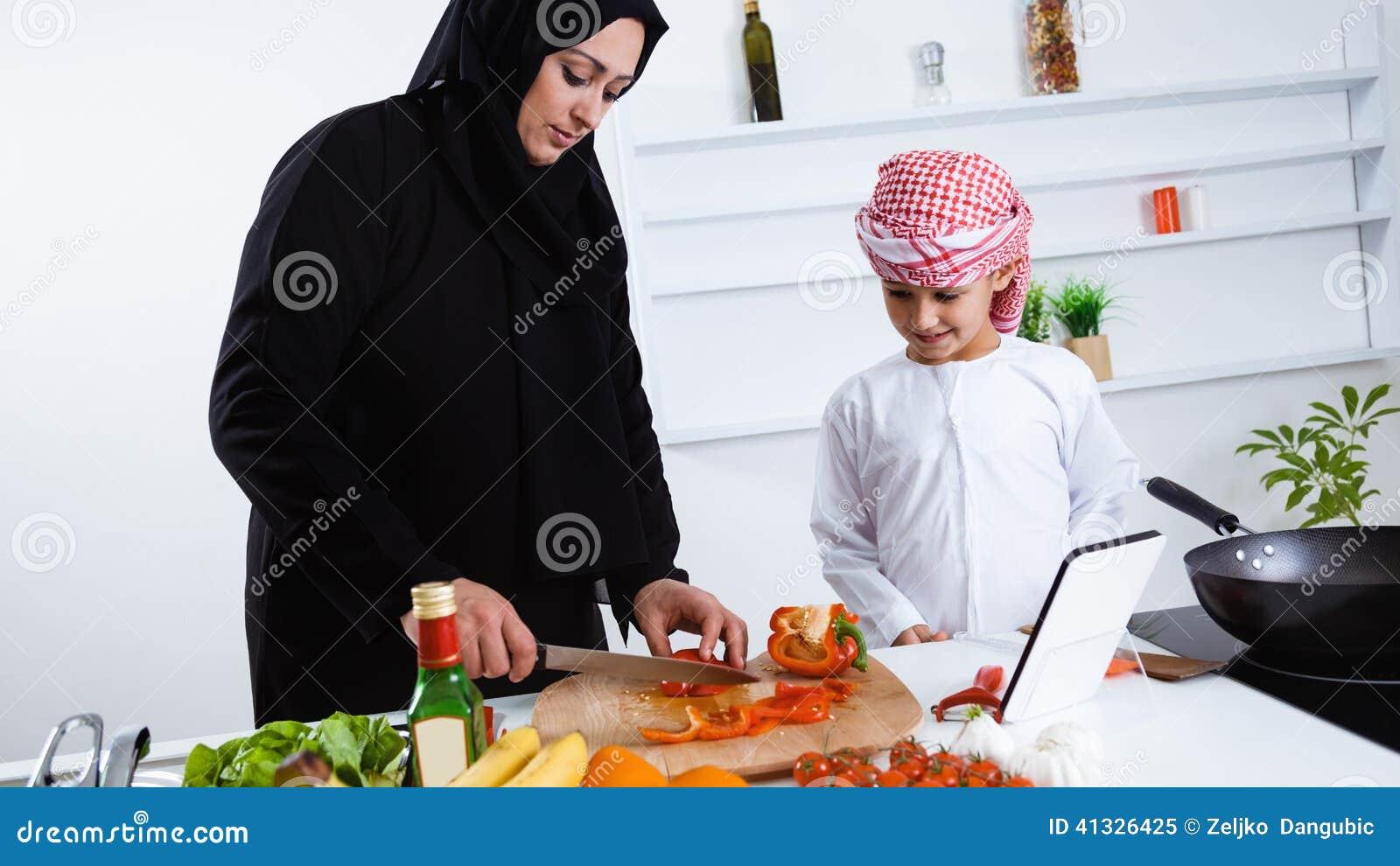 Арабская женщина на кухне видео фото 569-545