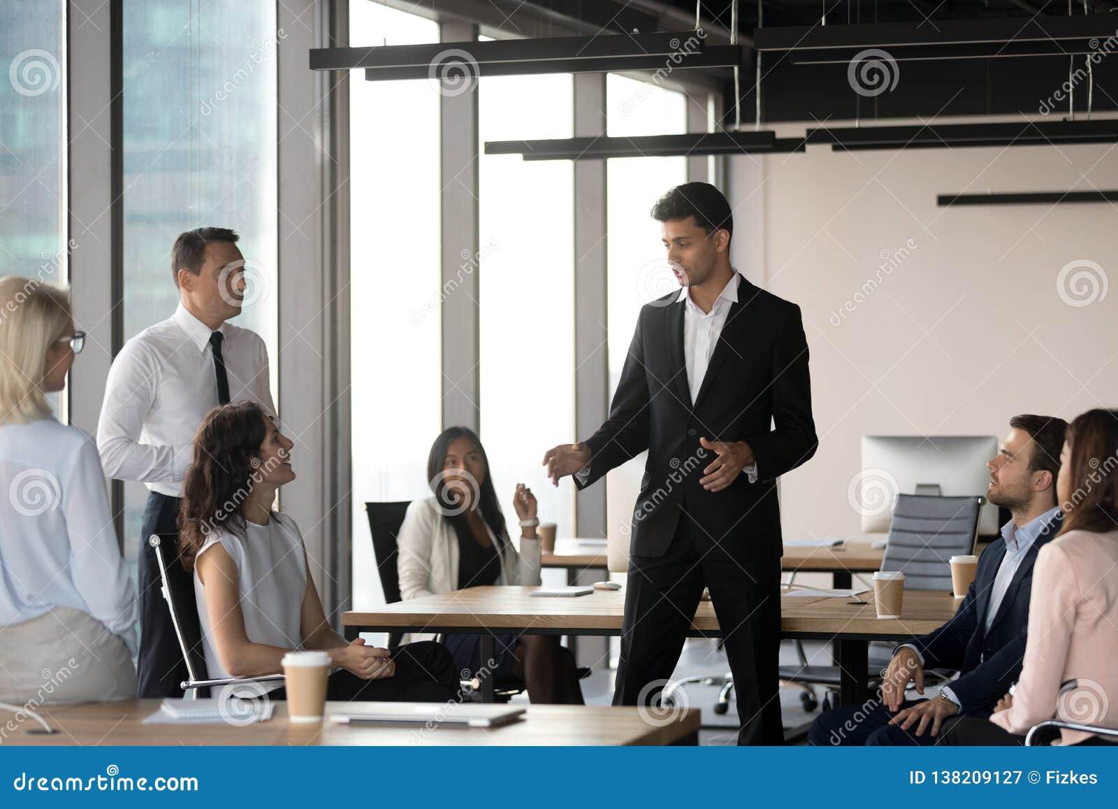 Арабский руководитель группы говоря с разнообразными бизнесменами на встрече