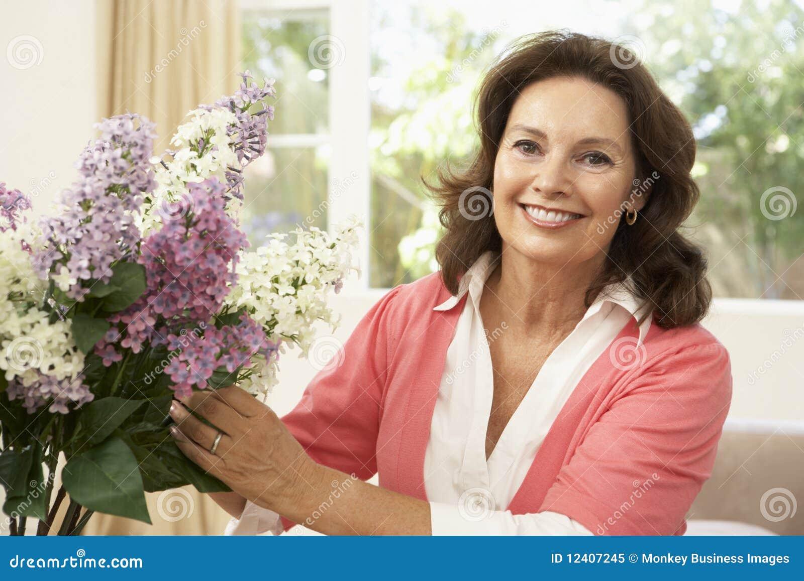 аранжировать женщину старшия цветков