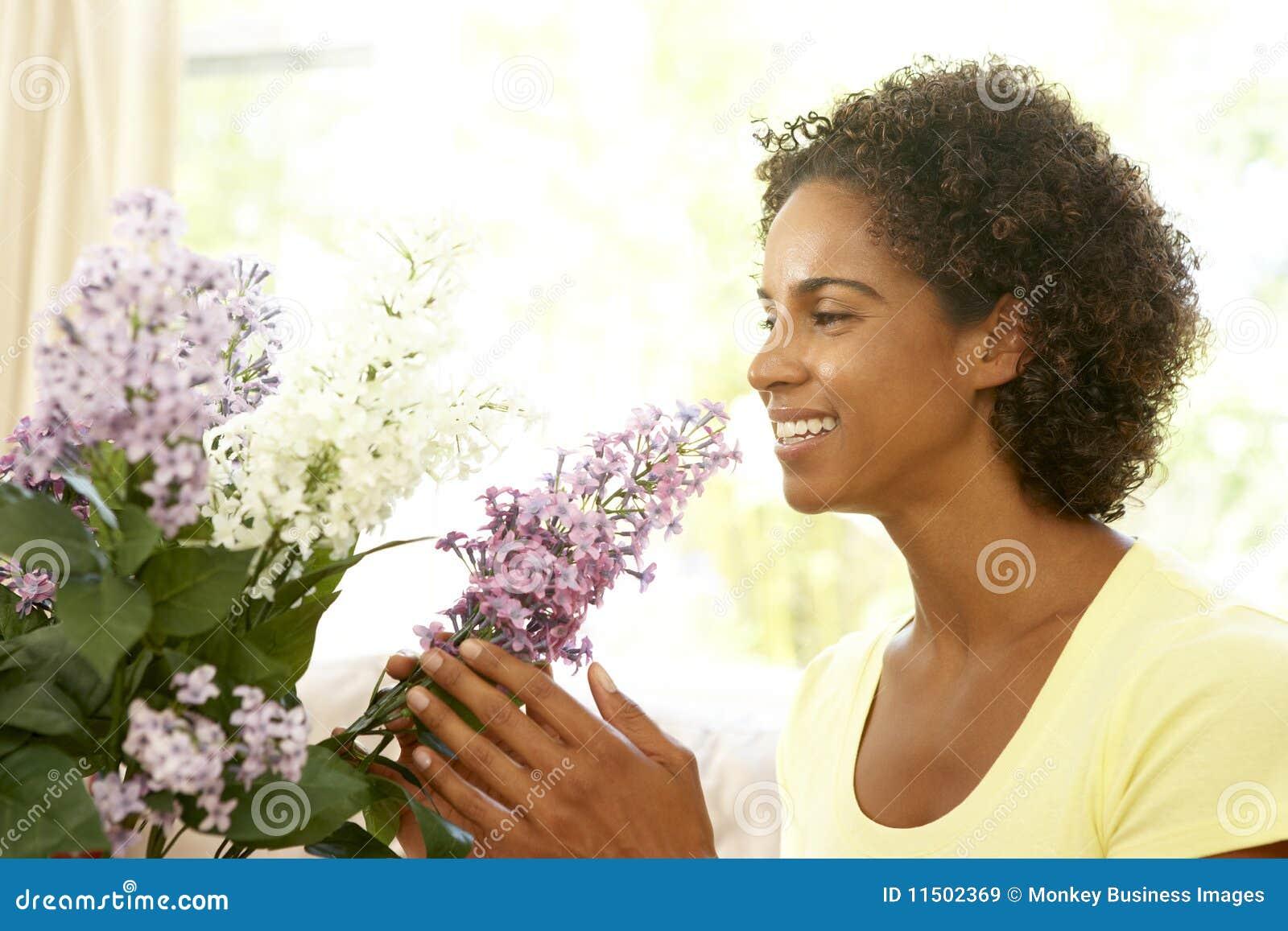 аранжировать женщину цветка домашнюю