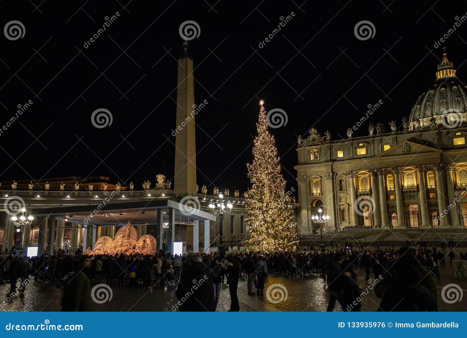 Аркада Сан Pietro, сцена рождества осуществила с песком Jesolo, и рождественской елкой украшенной с цвета золото светами