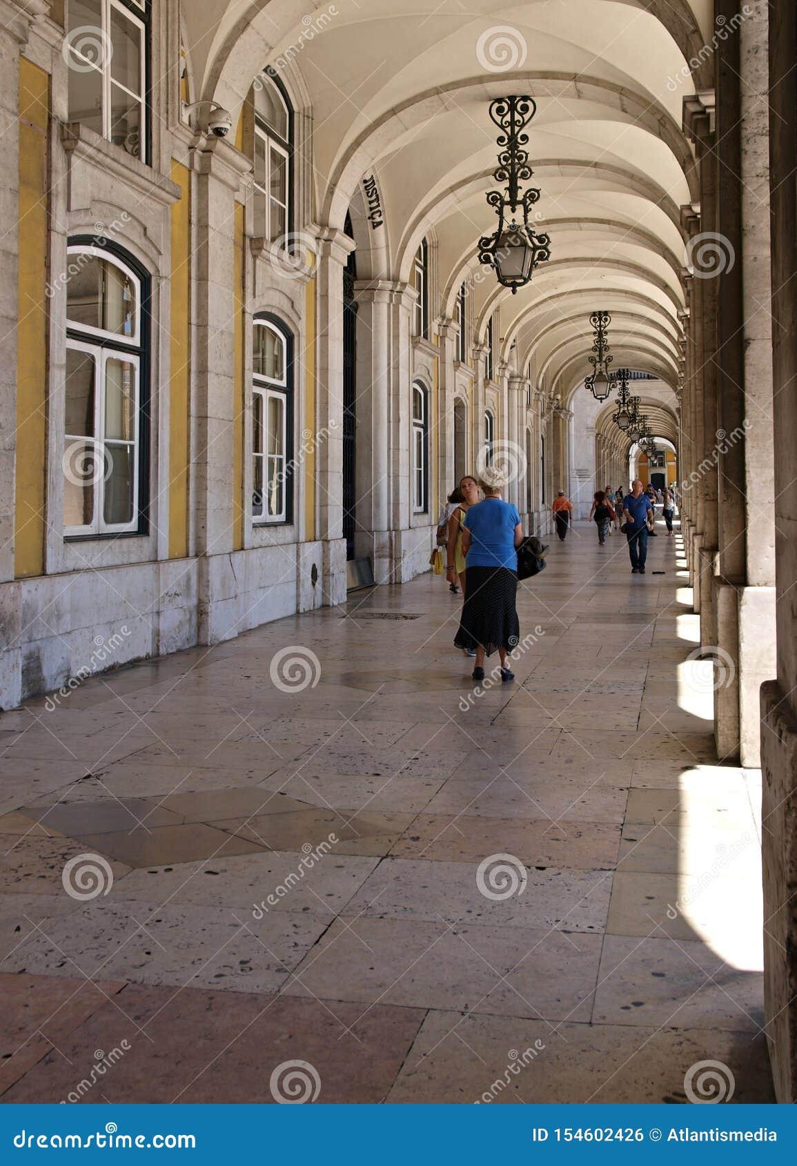 Аркады на Praca de Comercio в Лиссабоне - Португалии