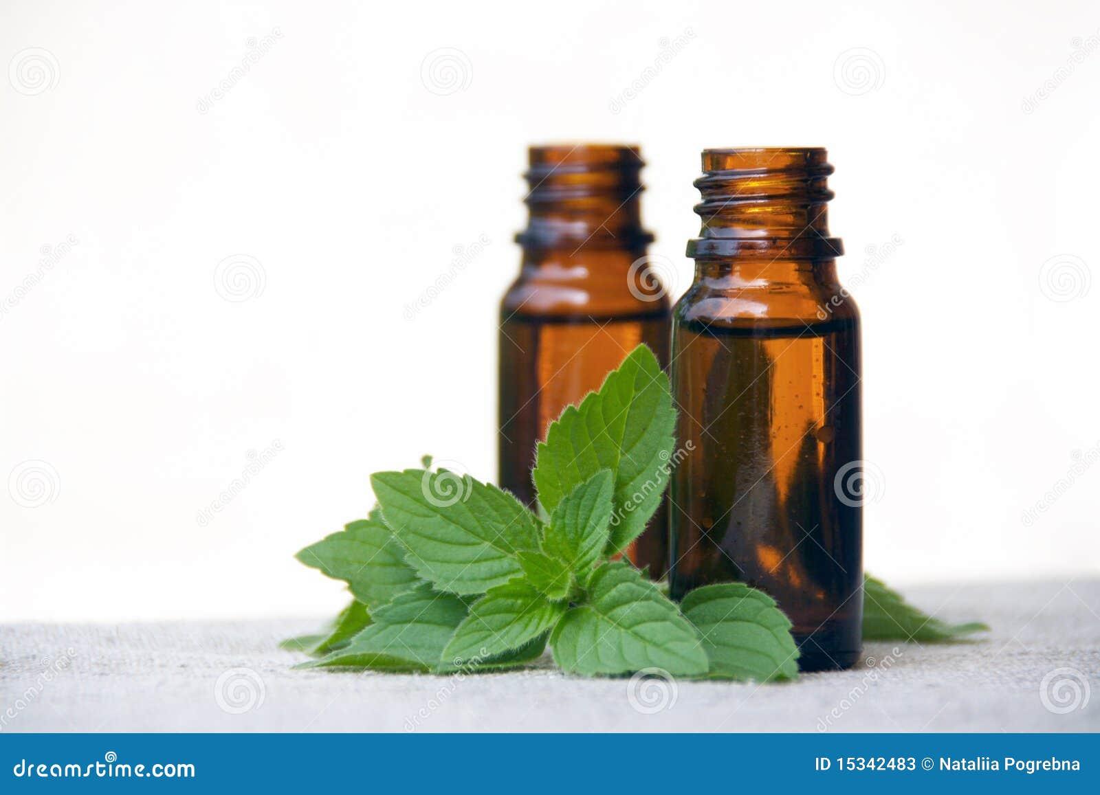 ароматность разливает масло по бутылкам мяты