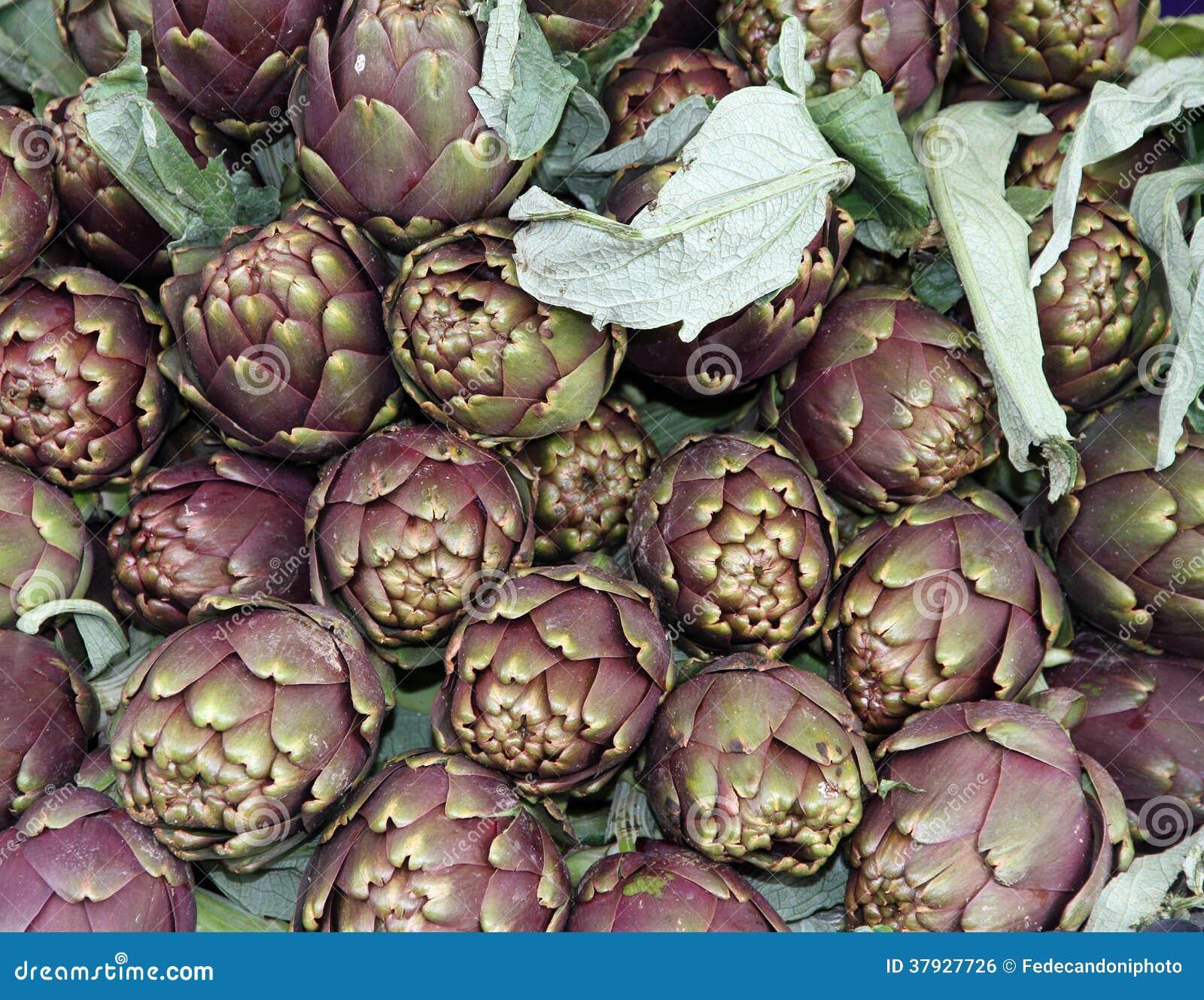 Артишоки для продажи на vegetable рынке 6