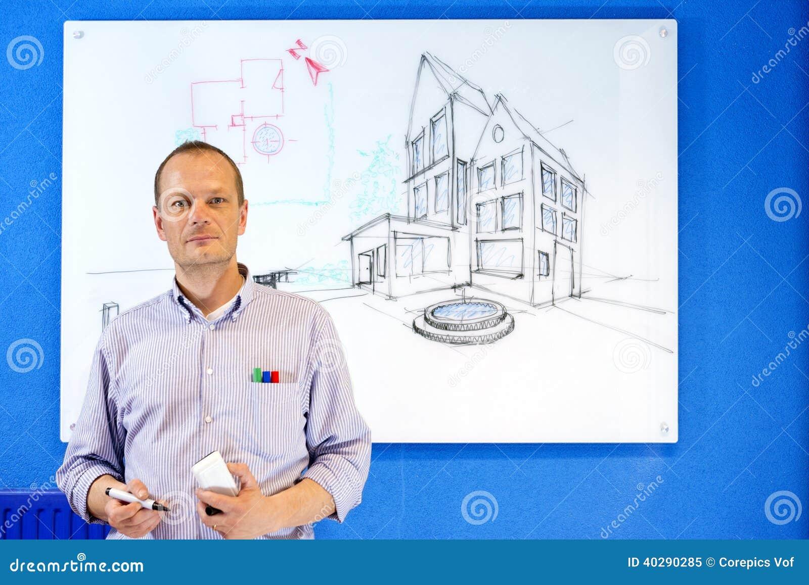 Архитектор перед белой доской