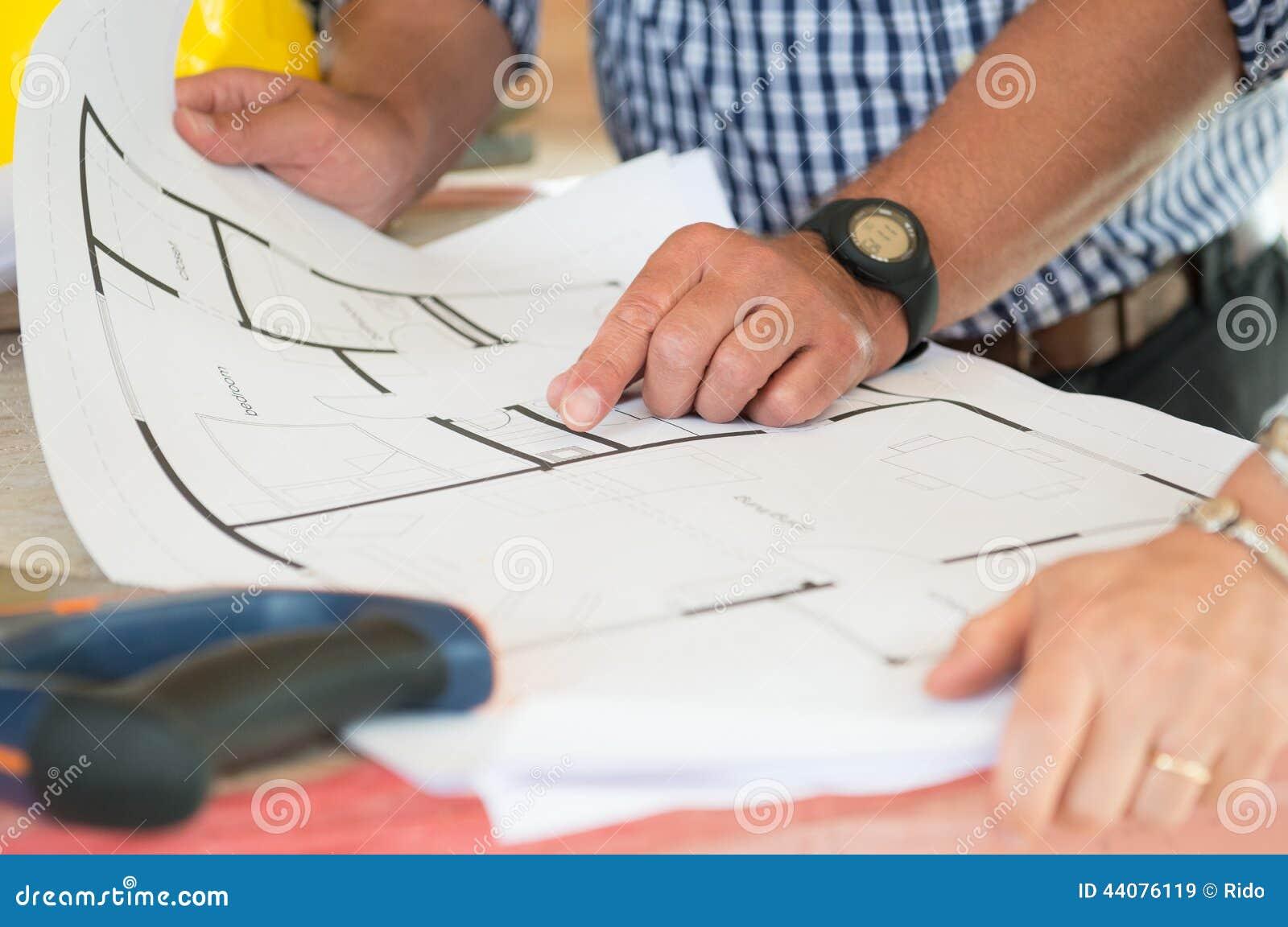 Архитектор показывая план на светокопии