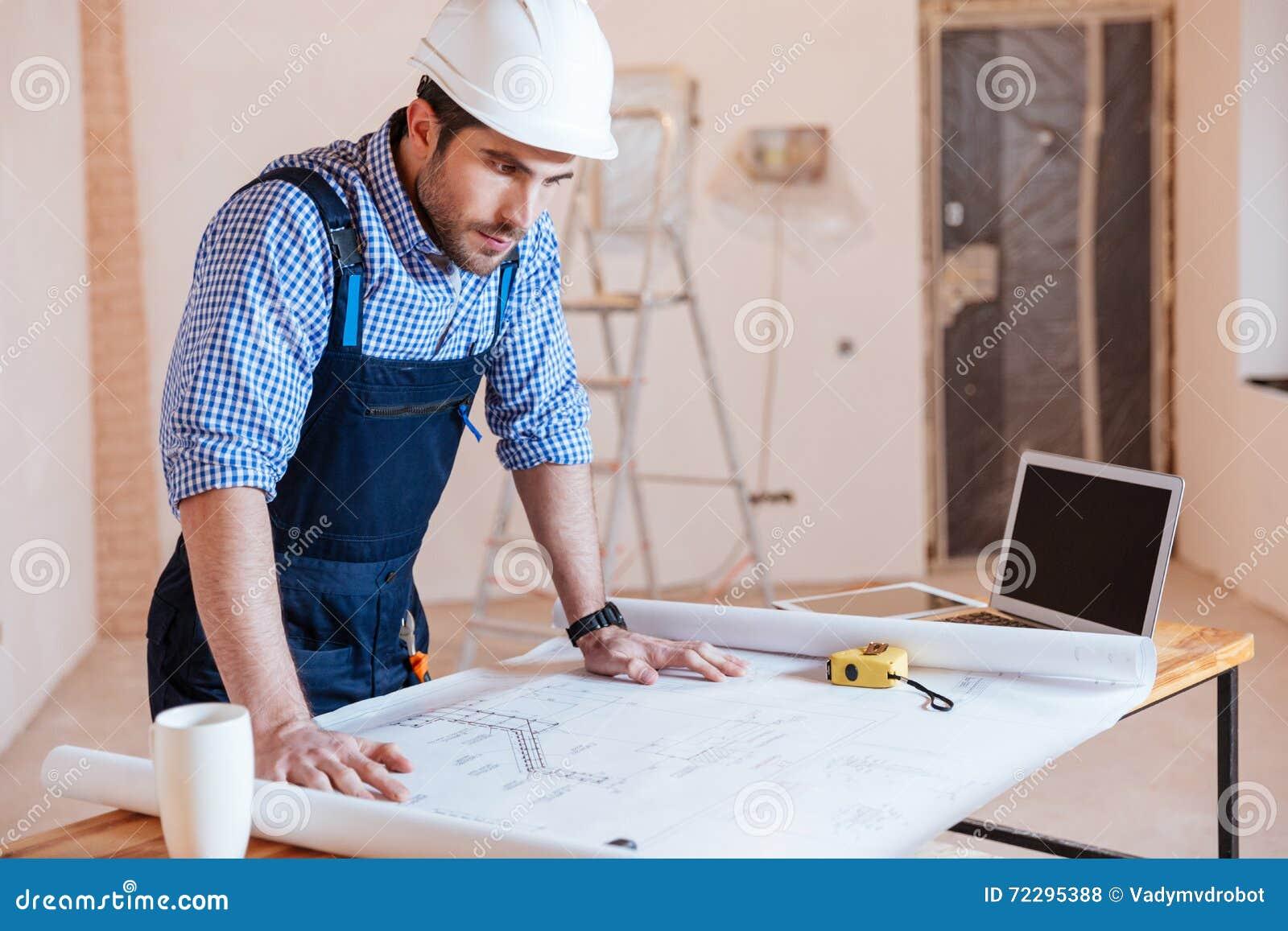 Download Архитектор работая на светокопии, составляет схему внутри помещения Стоковое Фото - изображение насчитывающей дом, hardhat: 72295388