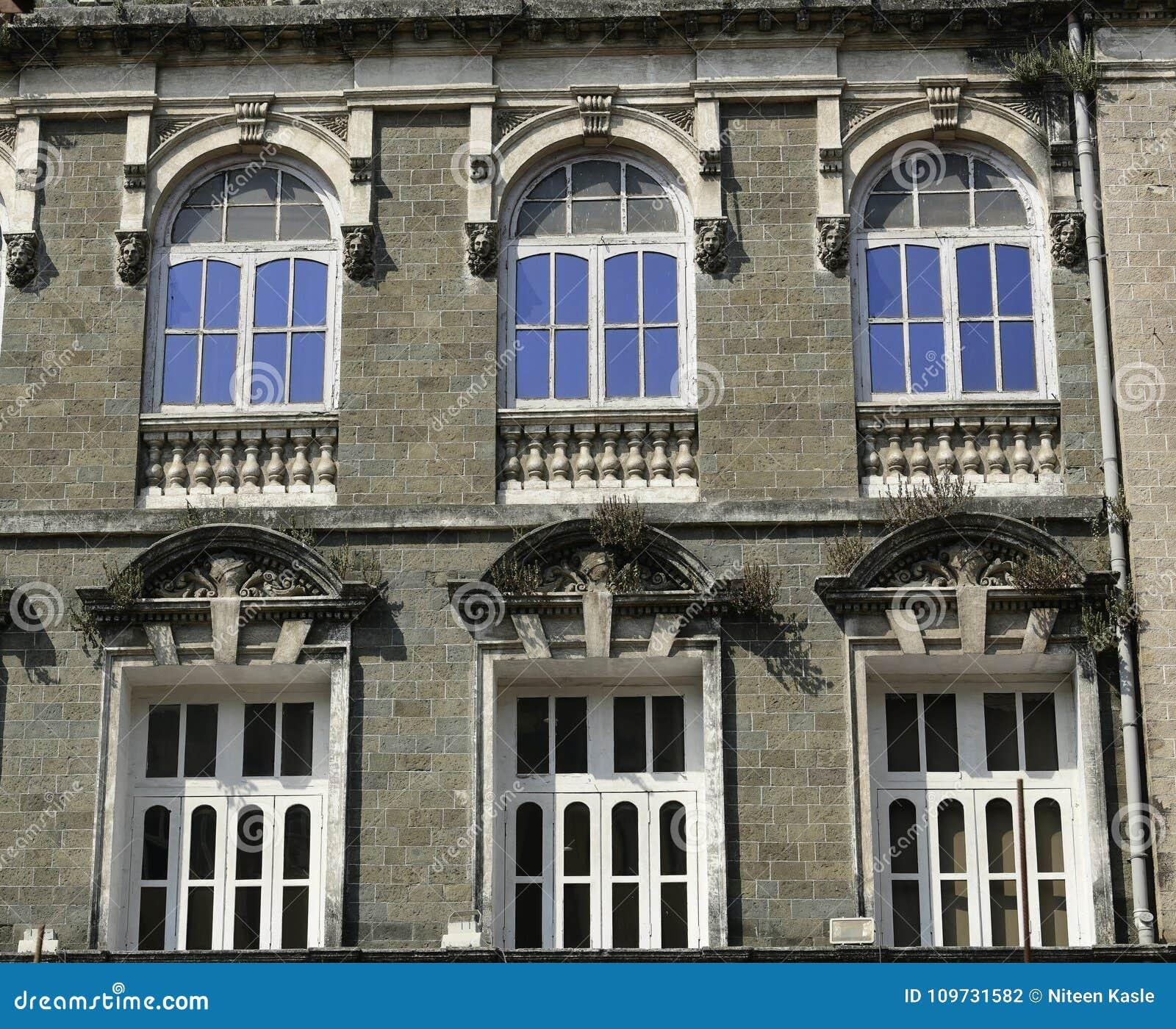 Архитектура: Закройте вверх здания с круглым сдобренным Windows около Мумбая, Индии