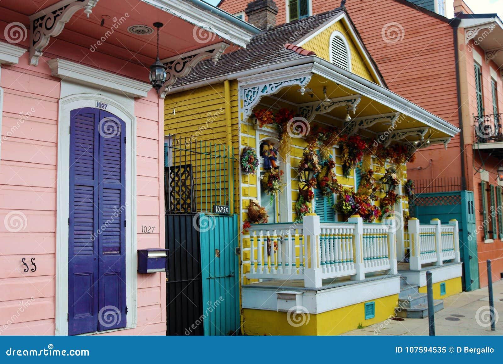 Архитектура красочного дома французского квартала Нового Орлеана классическая уникально