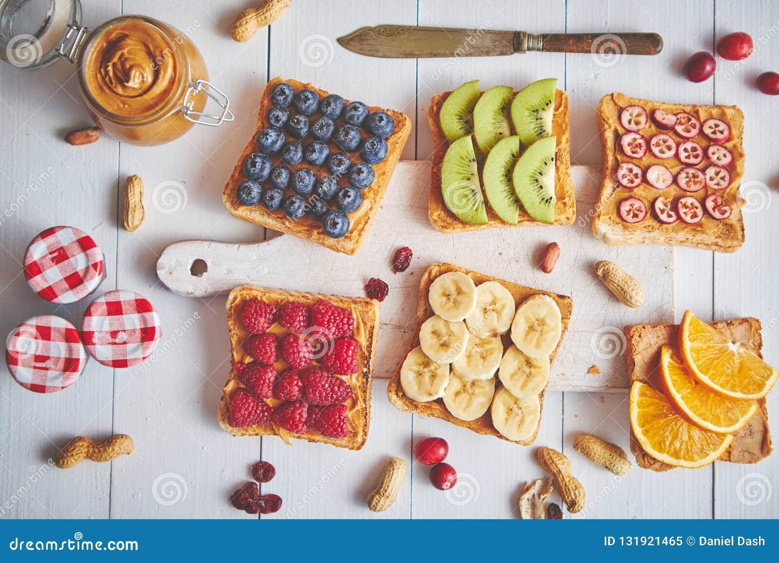 Ассортимент здоровых свежих тостов завтрака