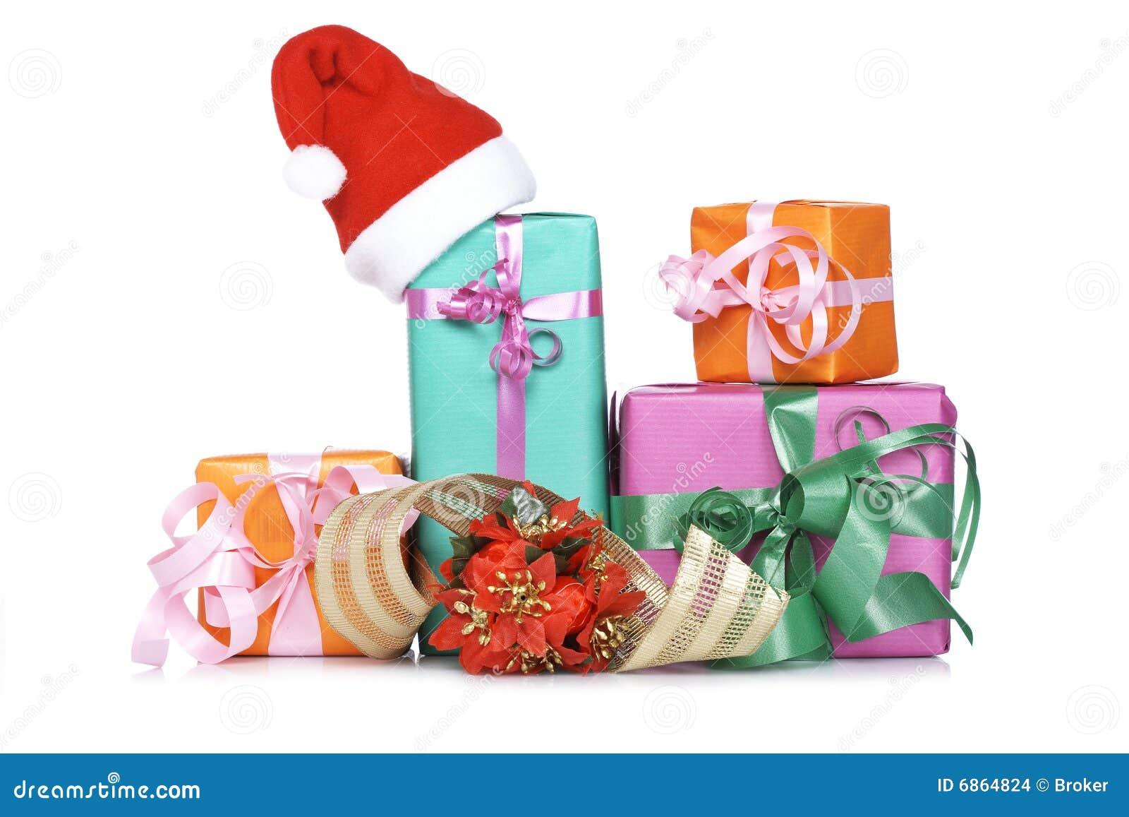 ассортимент кладет подарок в коробку