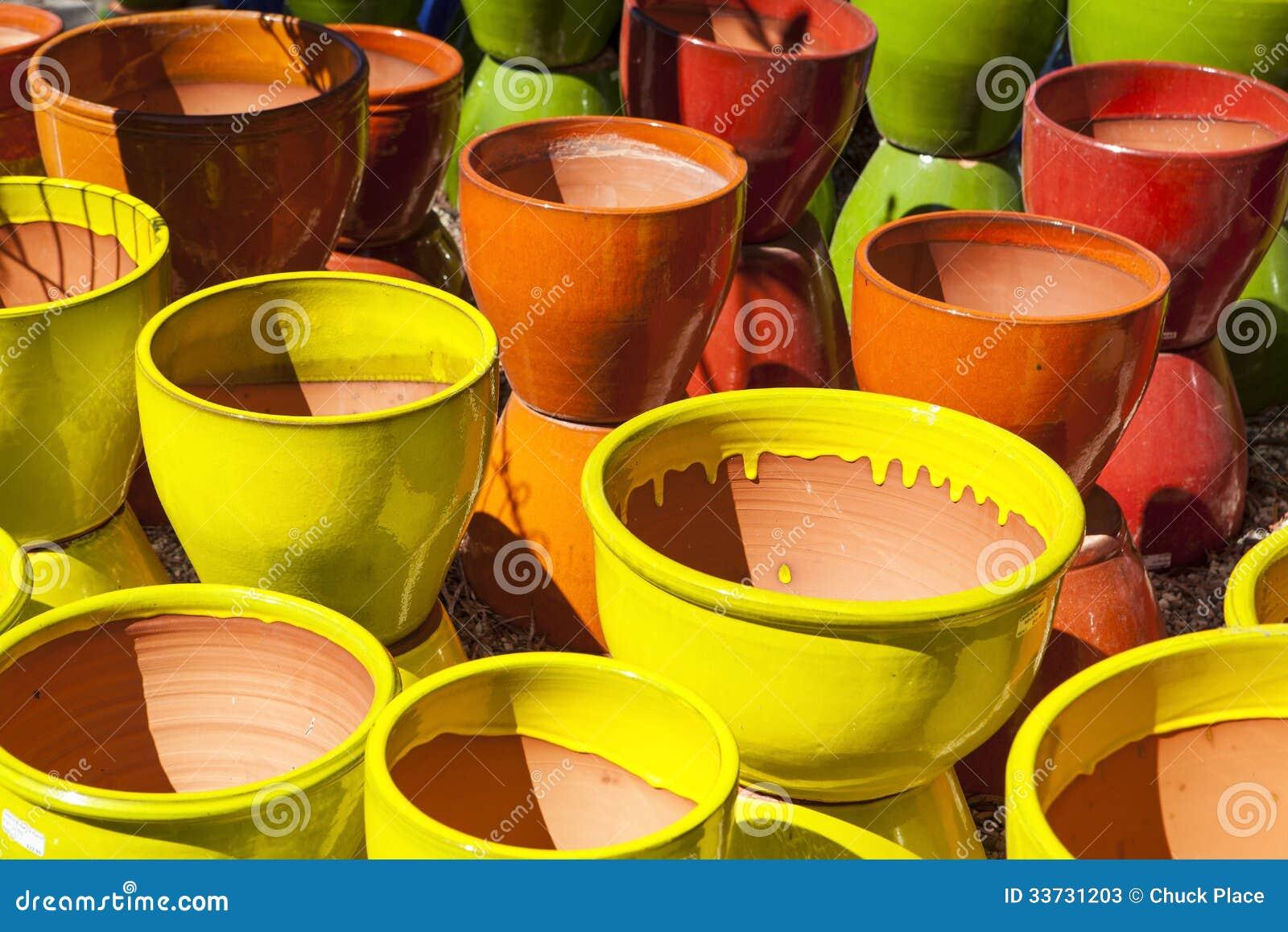 Ассортимент цветастых глиняных горшков