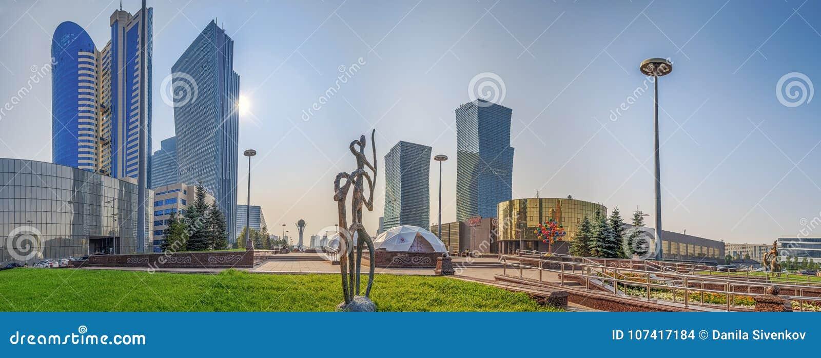 АСТАНА, КАЗАХСТАН - 7-ОЕ ИЮЛЯ 2016: Панорама утра вод-зеленого бульвара
