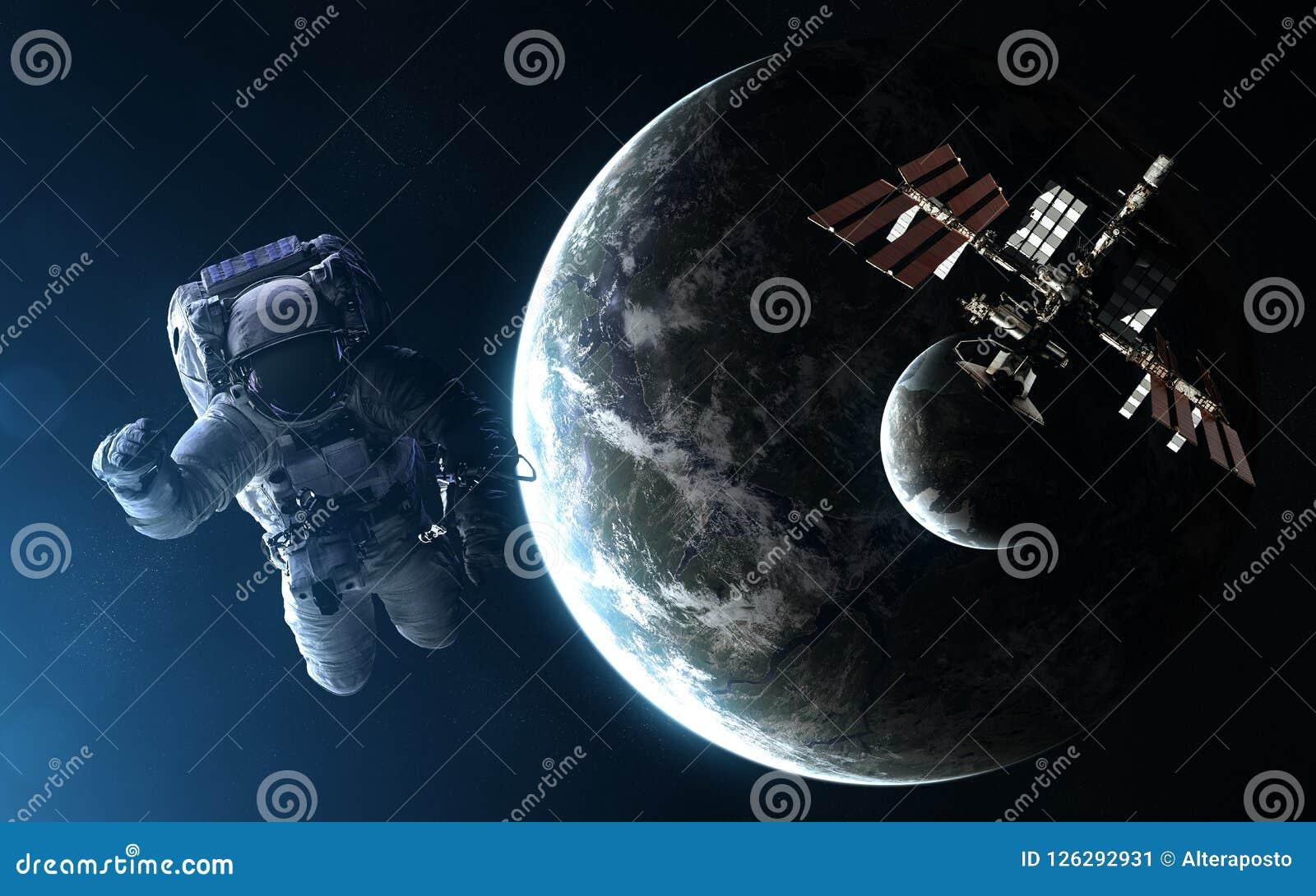 Астронавт, космическая станция, exoplanet с луной в свете голубой звезды Элементы изображения поставлены NASA
