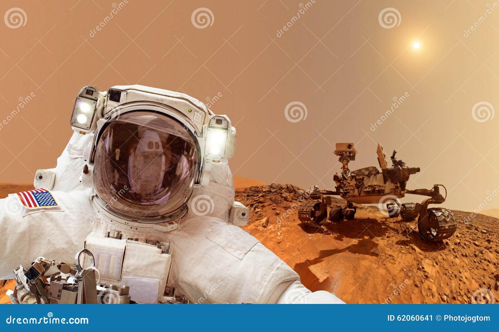 Астронавт на Марсе - элементах этого изображения поставленных NASA