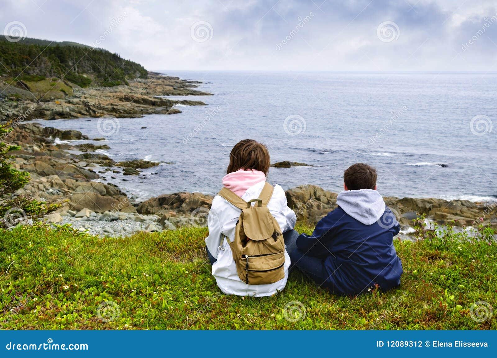 атлантические дети плавают вдоль побережья усаживание newfoundland
