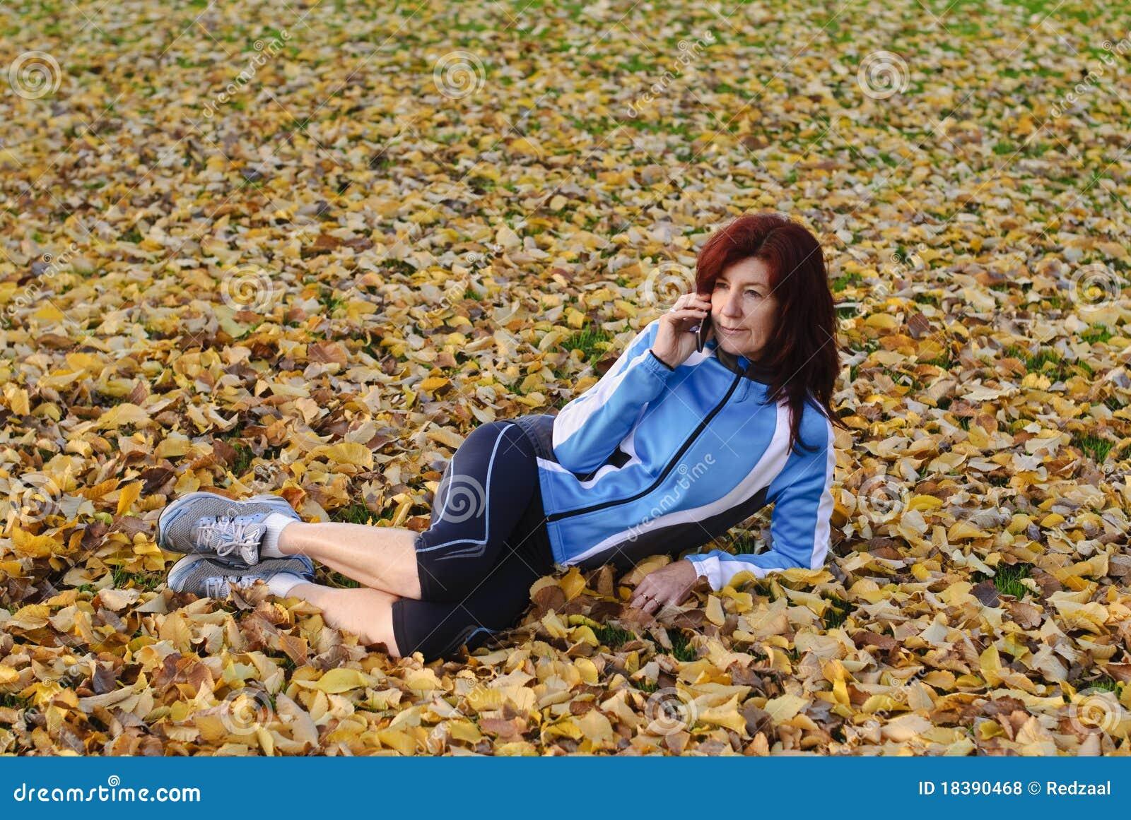 атлетические одежды знонят по телефону гонке используя женщину