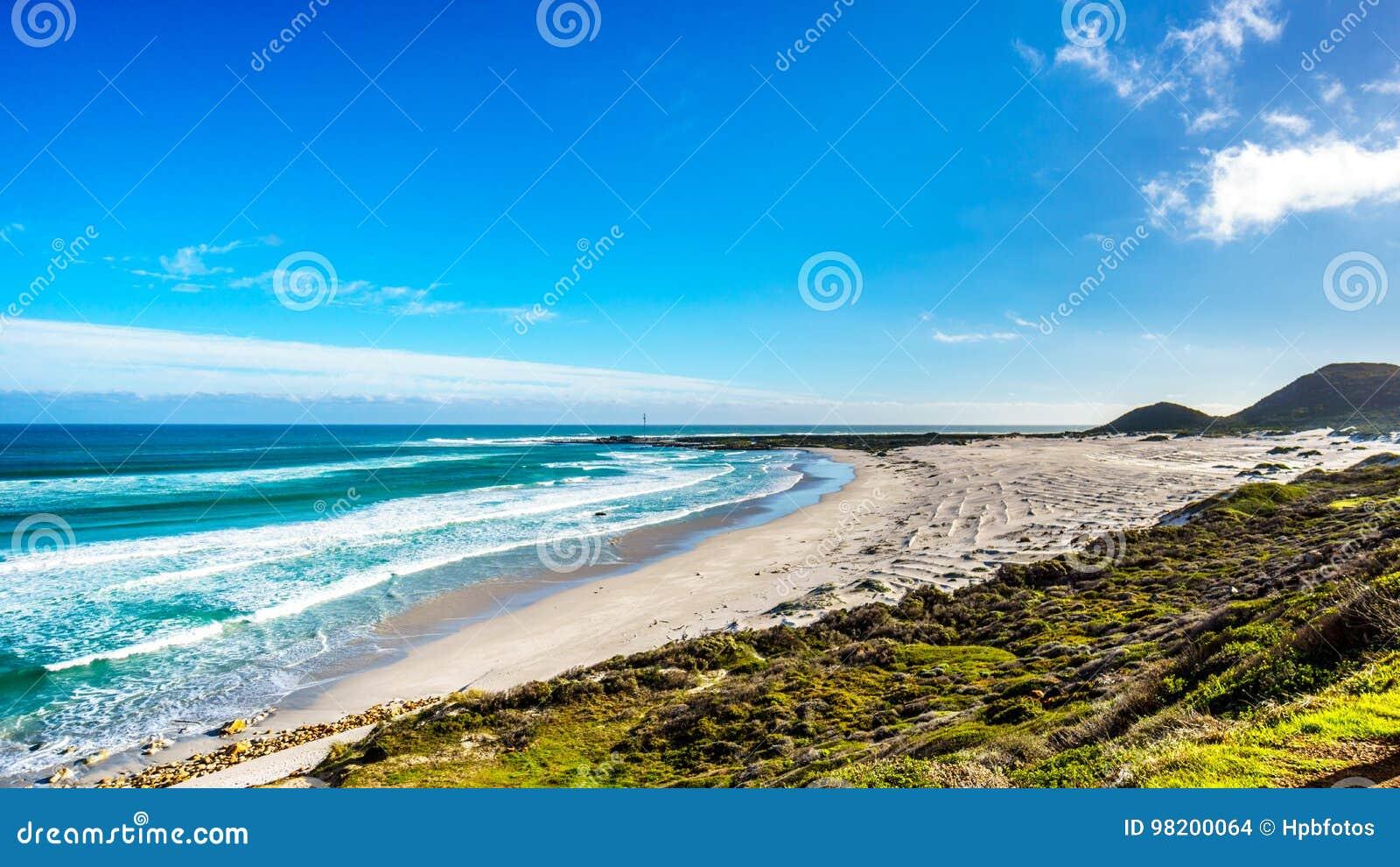 Download Атлантическое побережье вдоль дороги к пику ` S Чэпмена на маяке Slangkop Стоковое Фото - изображение насчитывающей известно, атласа: 98200064