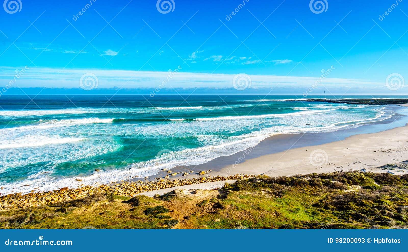 Download Атлантическое побережье вдоль дороги к пику ` S Чэпмена на маяке Slangkop Стоковое Изображение - изображение насчитывающей накидк, afoul: 98200093