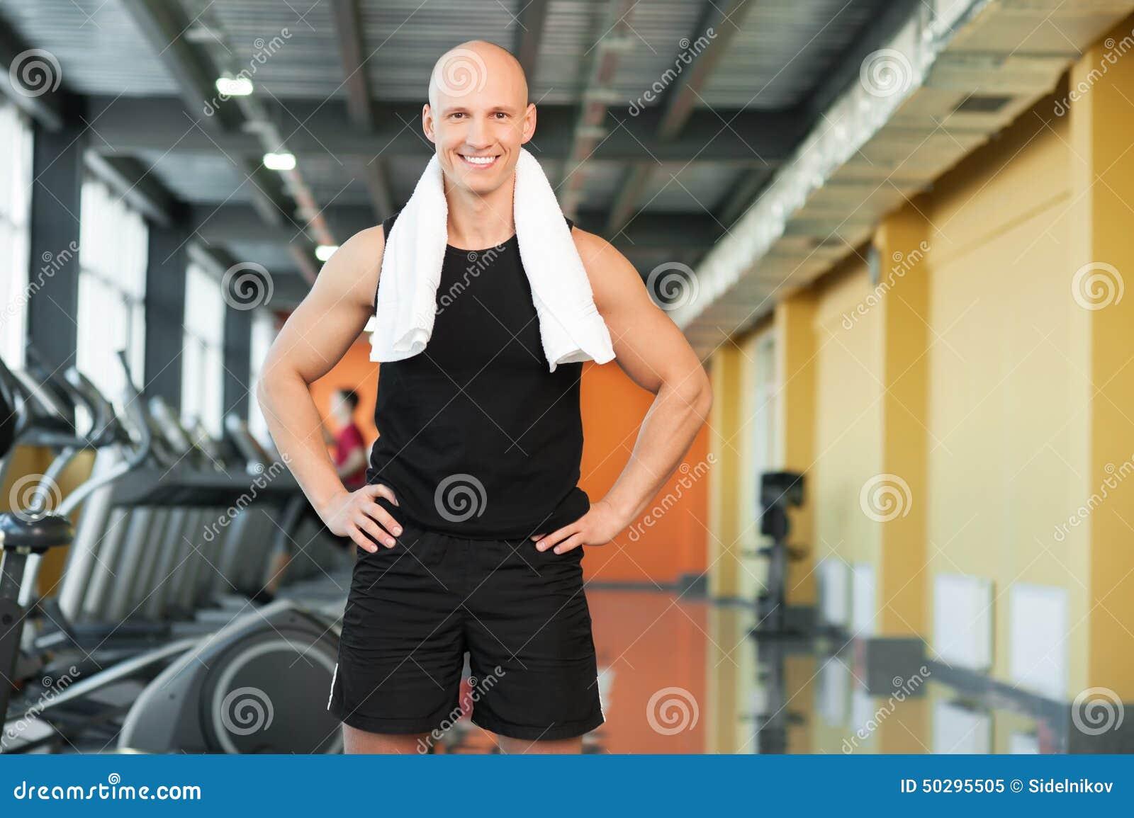 скачать любительское фото парня в полотенце