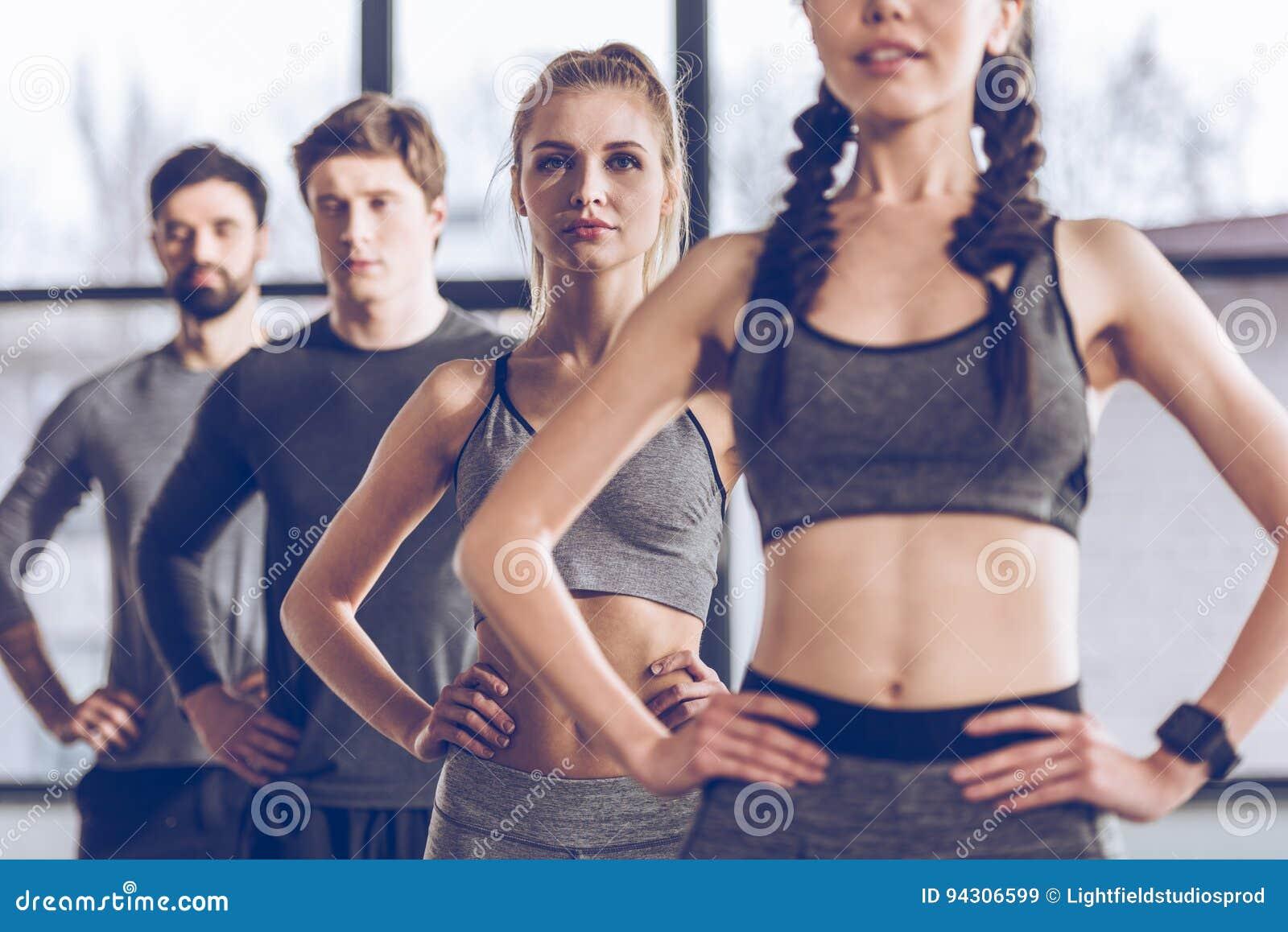 Атлетическое молодые люди в sportswear работая на спортзале