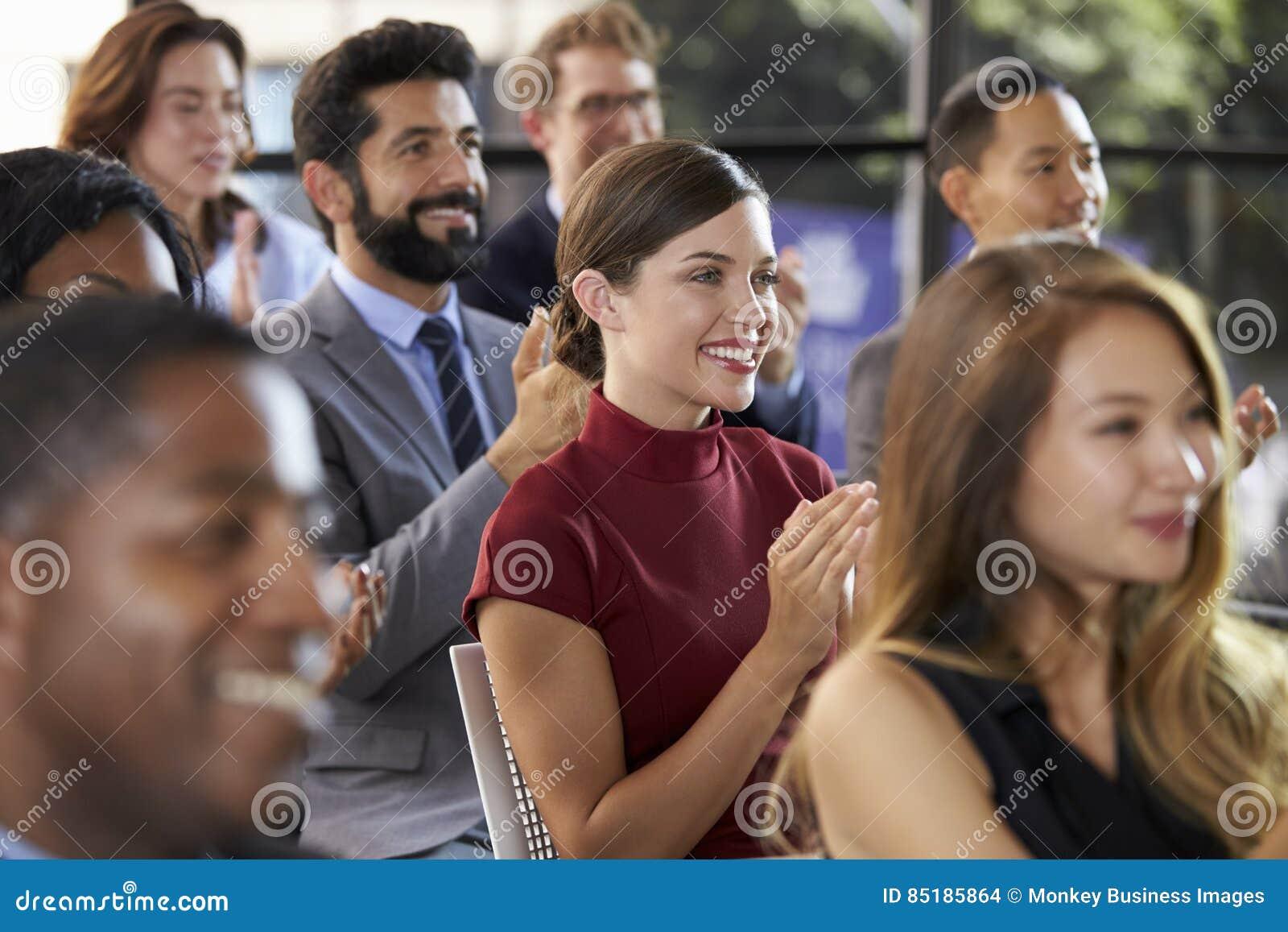 Аудитория аплодируя на семинаре дела, конец вверх