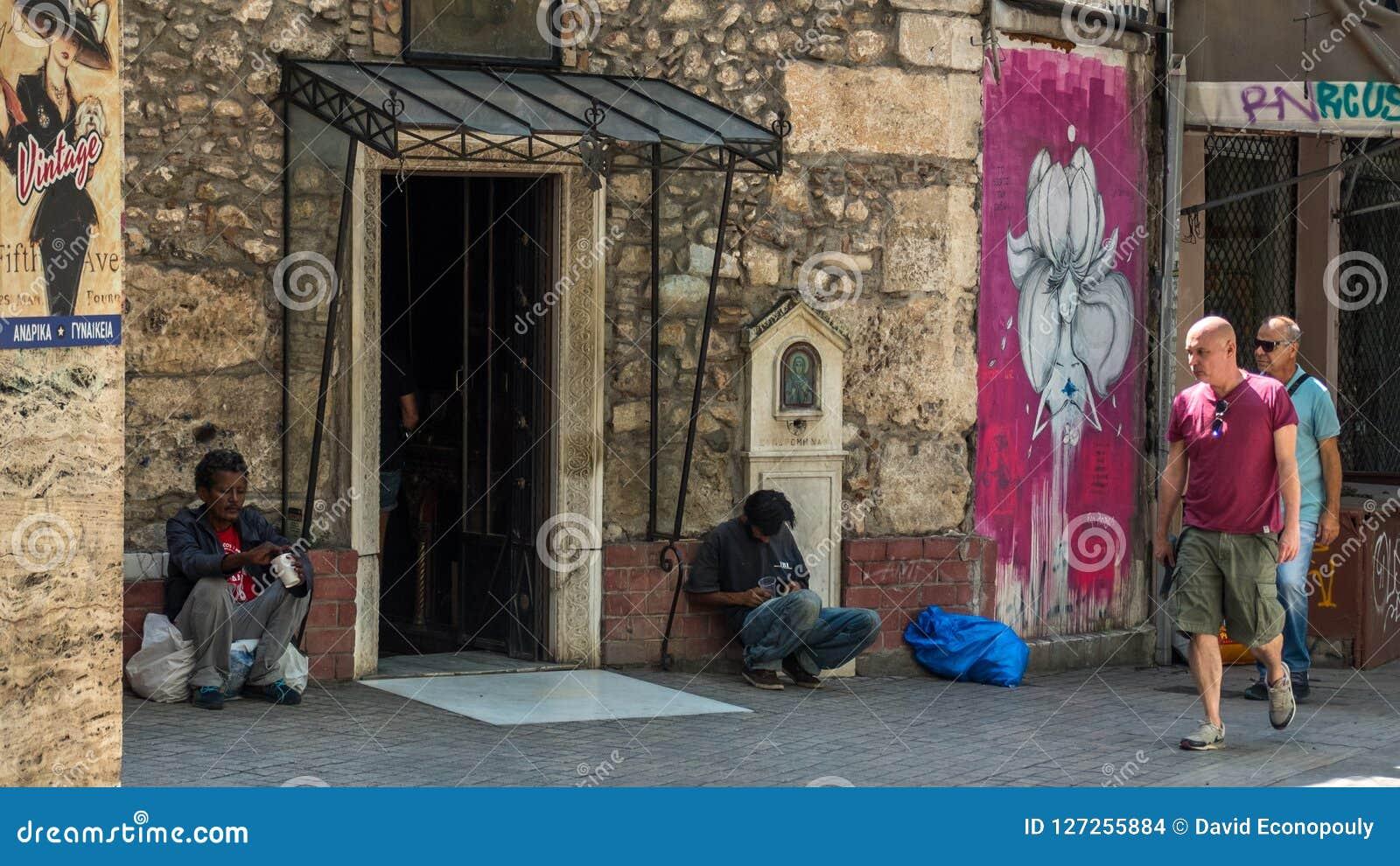 Афины Греция 17-ое августа 2018: 2 бездомных люд в Афинах