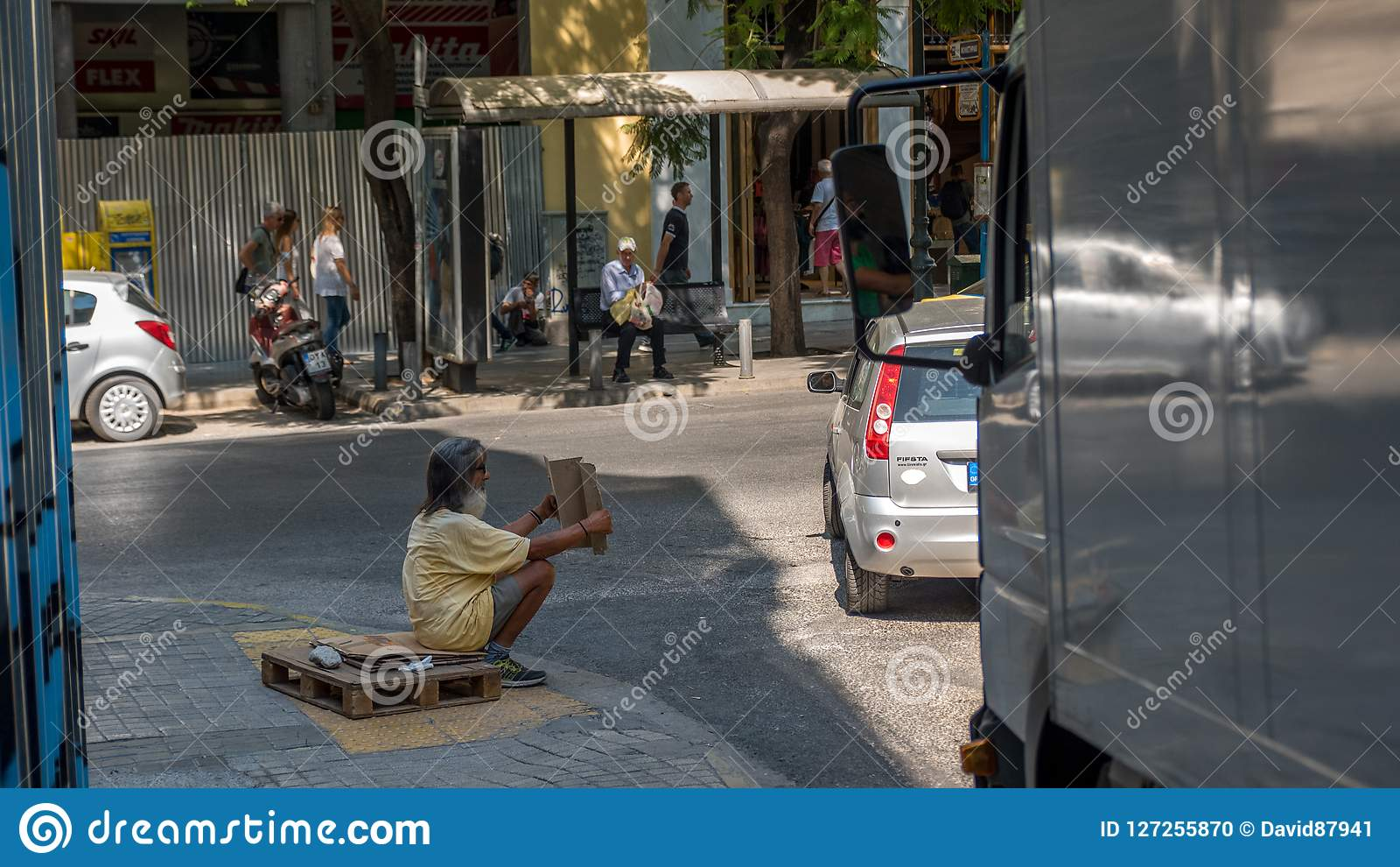 Афины Греция 17-ое августа 2018: Женщина идя вниз с закрытого вниз fl