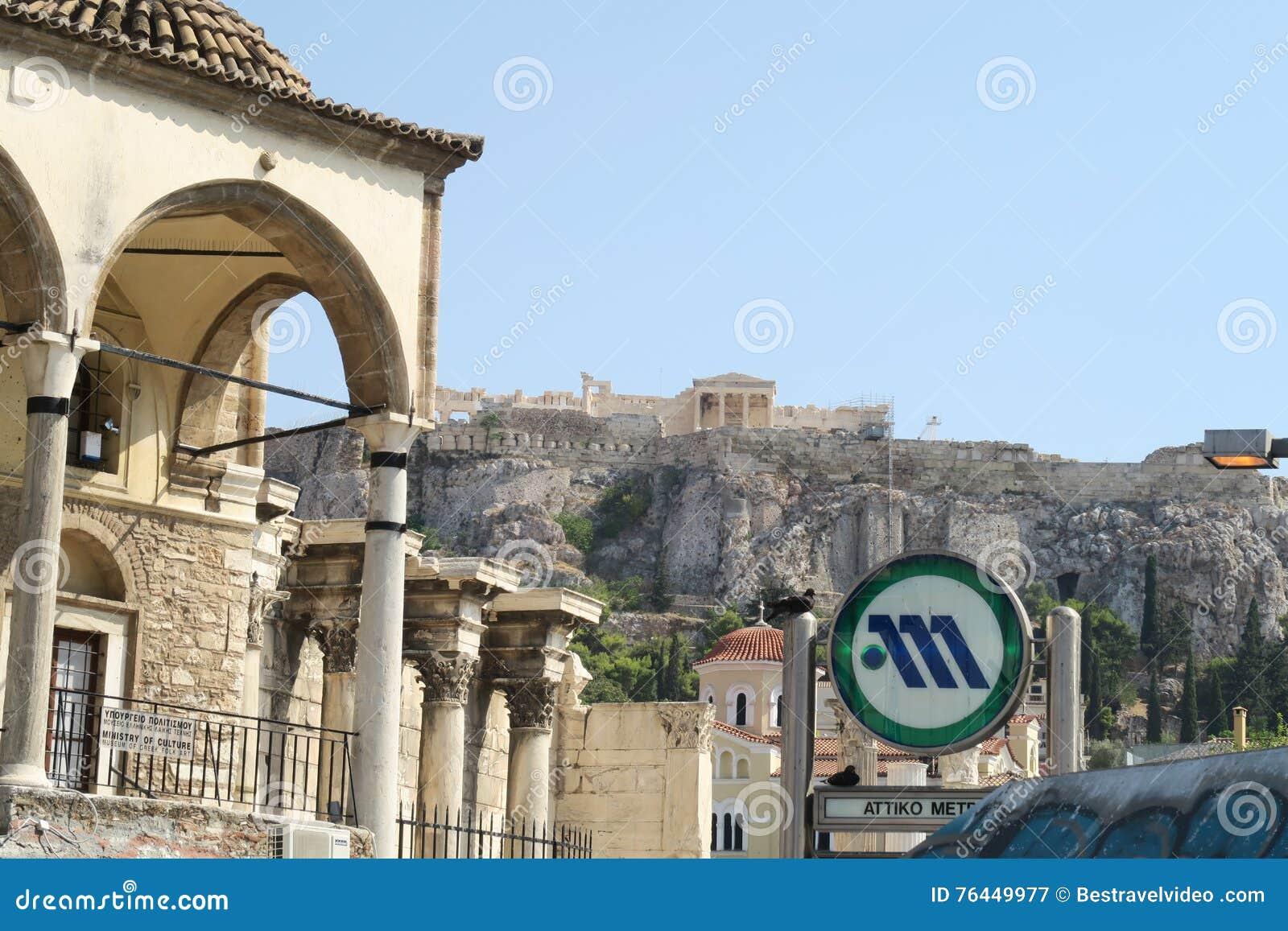 Афины, Греция - 6-ое августа 2016: Знак метро Афин на станции метро Monastiraki