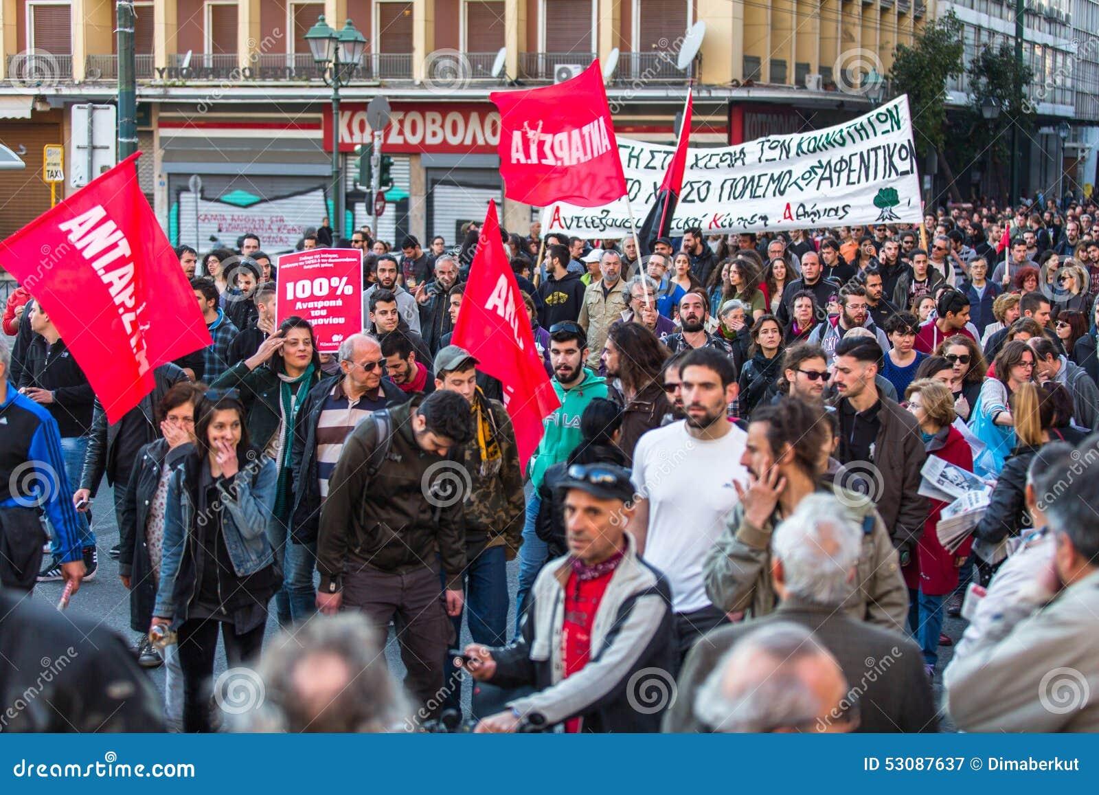 АФИНЫ, ГРЕЦИЯ - протестующие анархиста около университета Афин