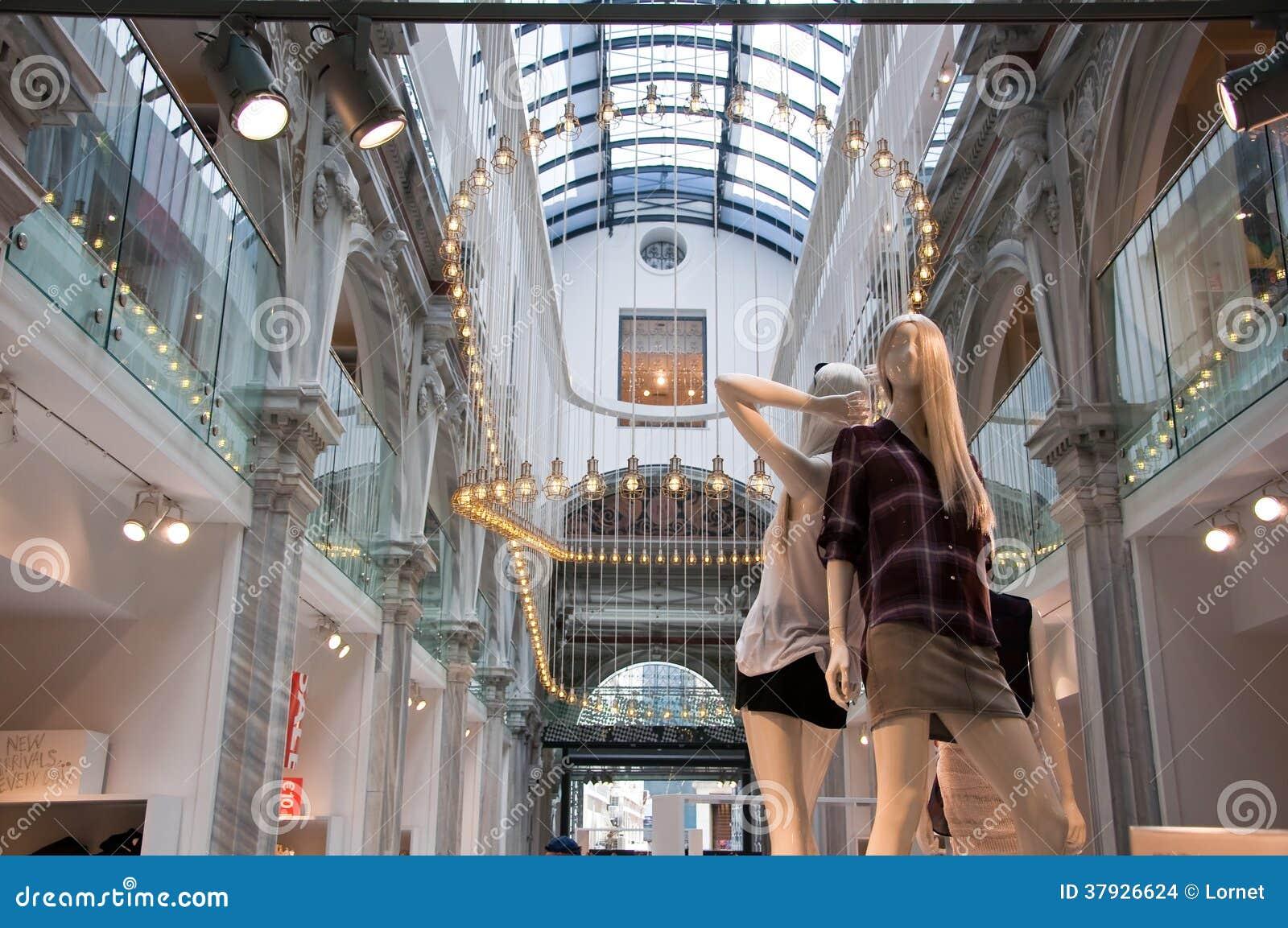 АФИН 1-ОЕ АВГУСТА: Интерьер магазина Zara на улице Ermou 3-его августа 2013 в Афинах Греция