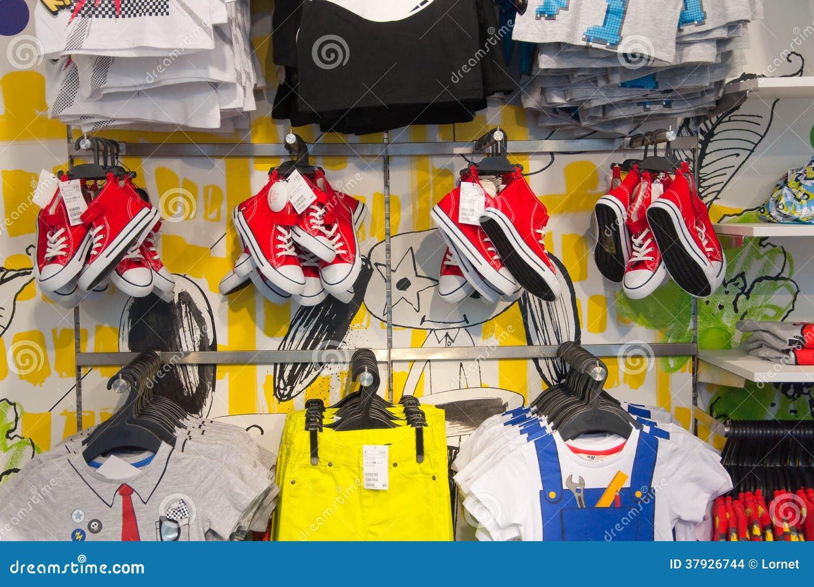 АФИН 1-ОЕ АВГУСТА: Одежды детей в магазине Zara на улице Ermou 3-его августа 2013 в Афинах Греция