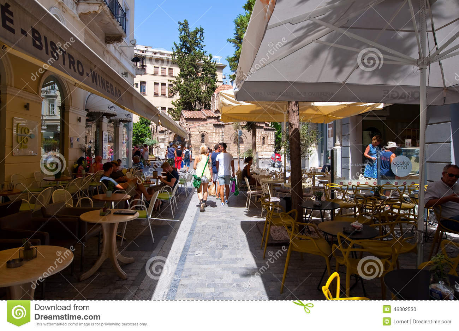 АФИН 22-ОЕ АВГУСТА: Традиционное греческое кафе показанное для продажи в районе Plaka 22-ого августа 2014 в Афинах, Греции