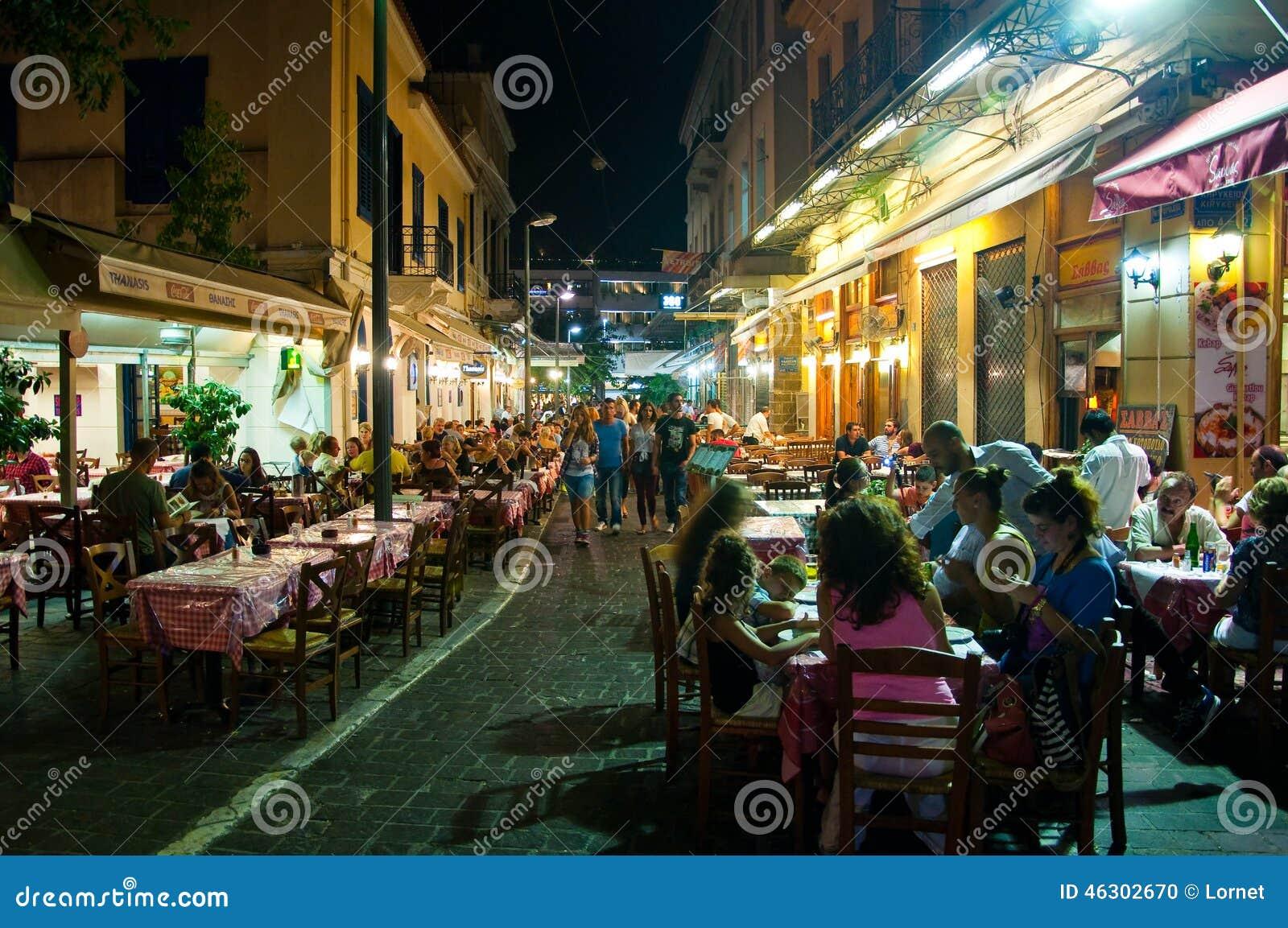 АФИН 22-ОЕ АВГУСТА: Улица с различными ресторанами и барами на зоне Plaka, около к квадрата Monastiraki 22-ого августа 2014 в Афи