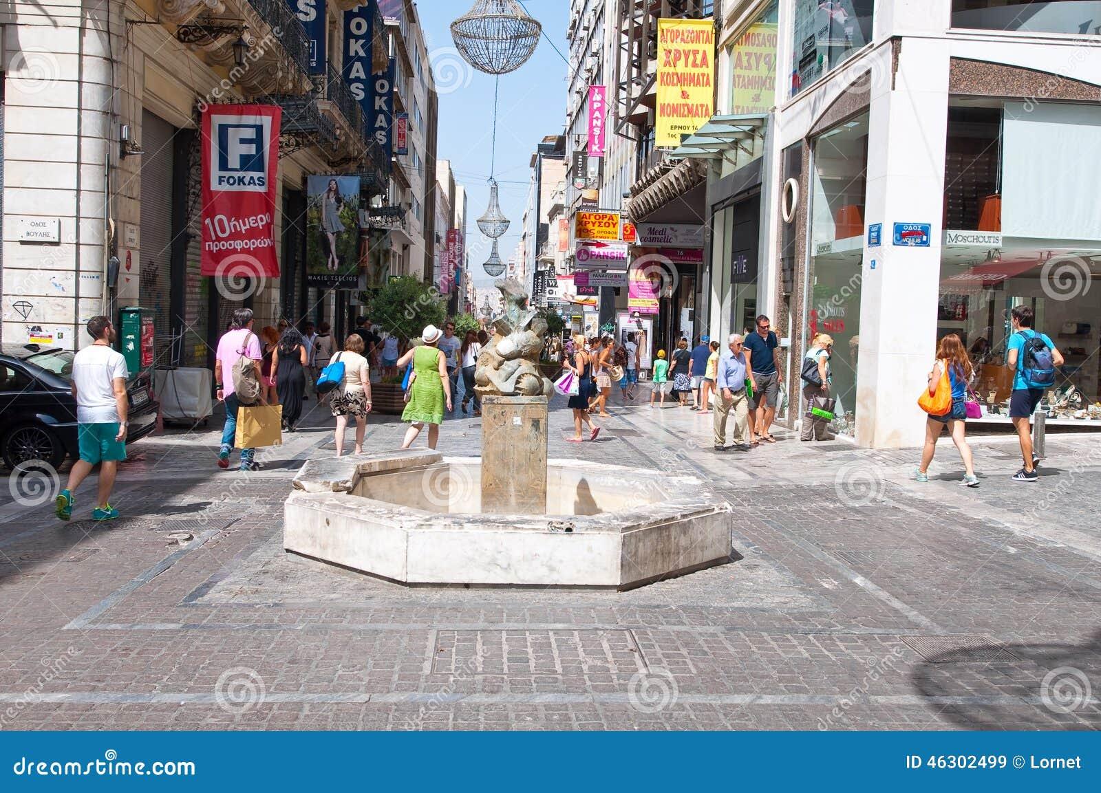 АФИН 22-ОЕ АВГУСТА: Ходящ по магазинам на улице Ermou и различных магазинах 22-ого августа 2014 в Афинах, Греция