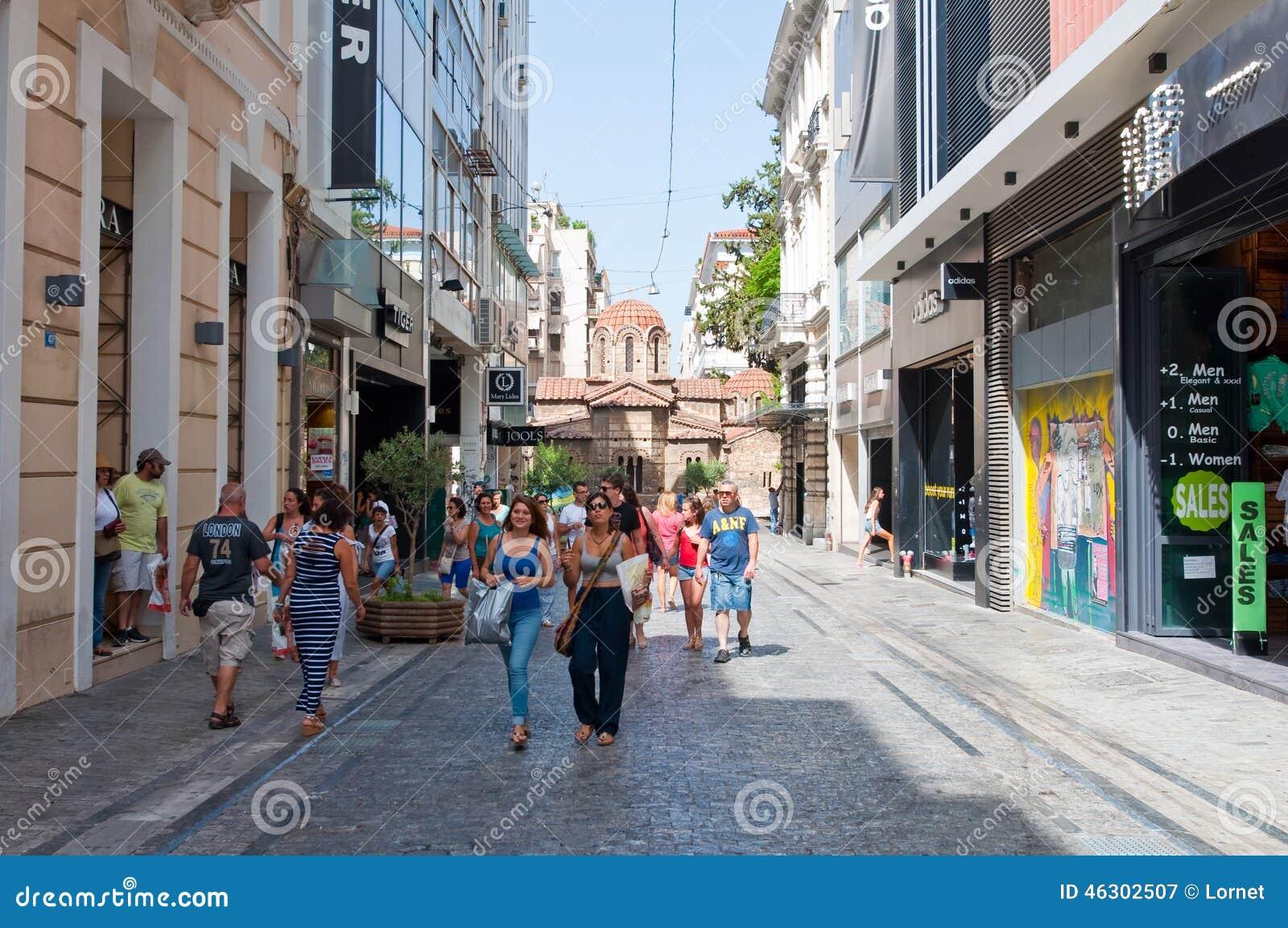 АФИН 22-ОЕ АВГУСТА: Ходящ по магазинам на улице Ermou 22-ого августа 2014 в Афинах, Греция