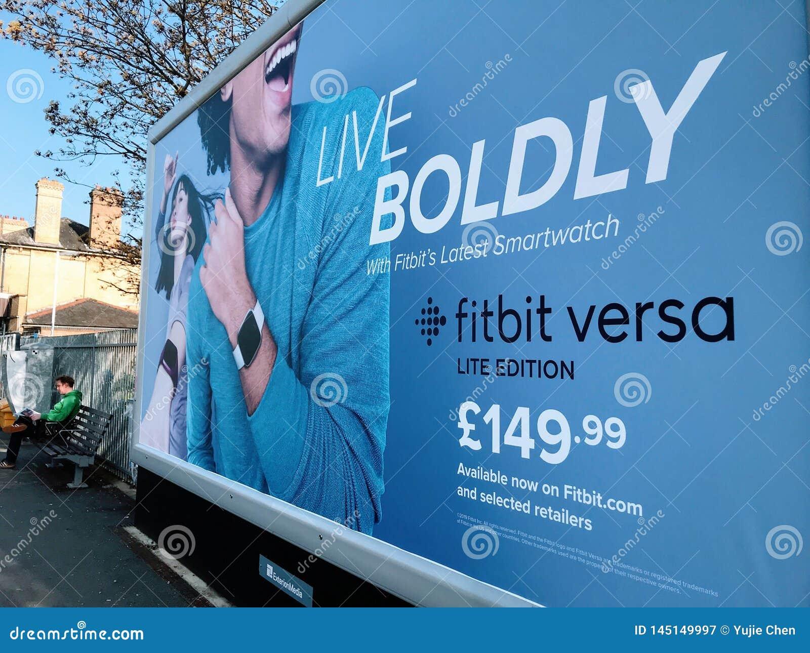Афиша рекламы smartwatch Fitbit на улице Лондона