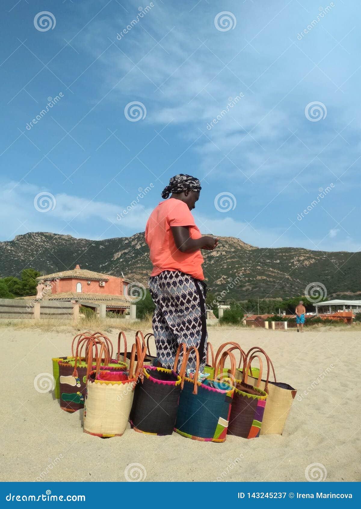 Африканский продавец пляжа