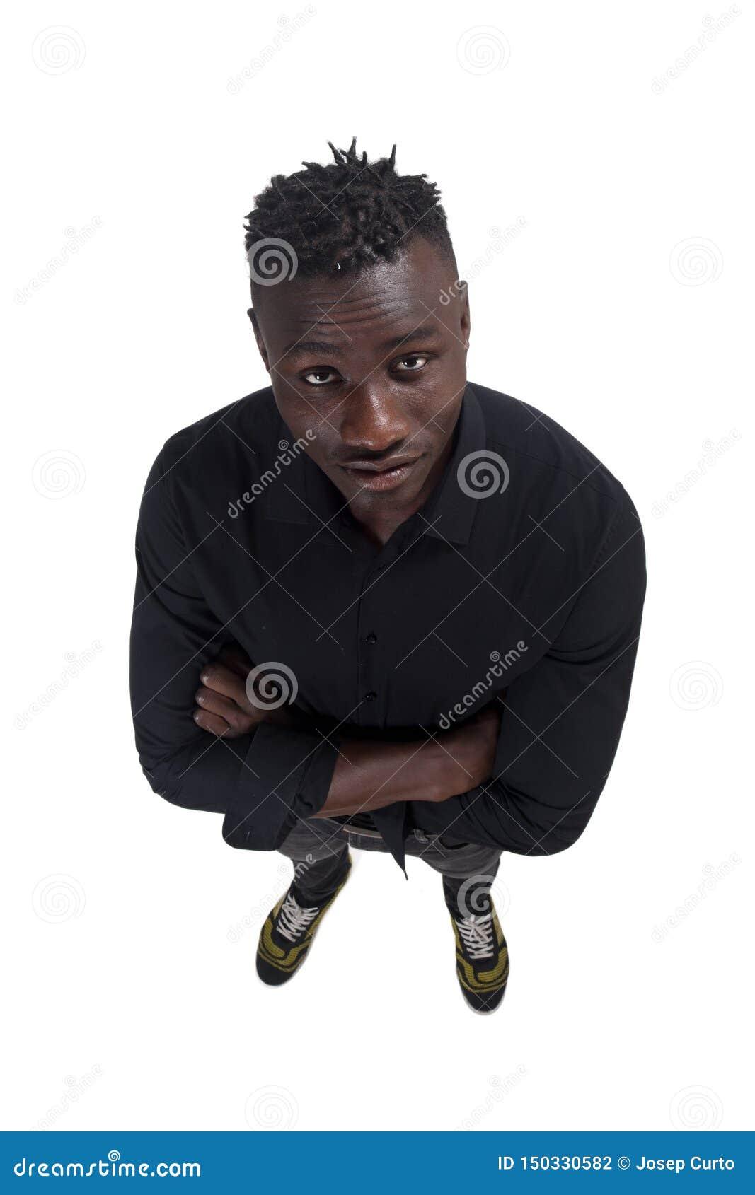 Африканский человек с оружиями пересеченными на белую предпосылку