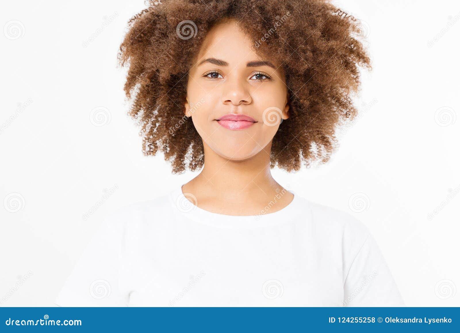 Афро-американская молодая женщина с курчавым афро стилем причёсок и хорошей заботой кожи изолированная на белой предпосылке Скопи