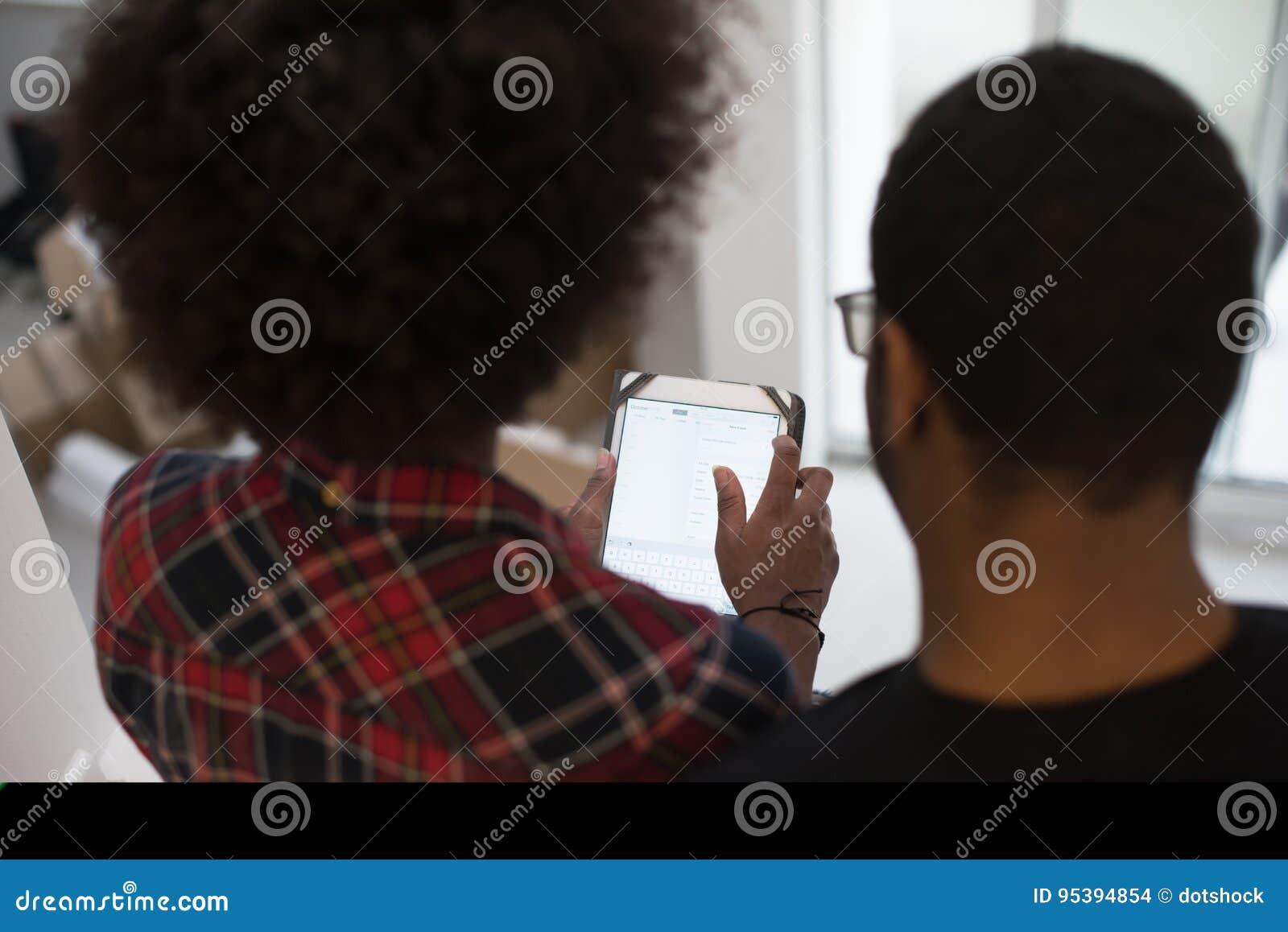 Афро-американские пары используя таблетку дома
