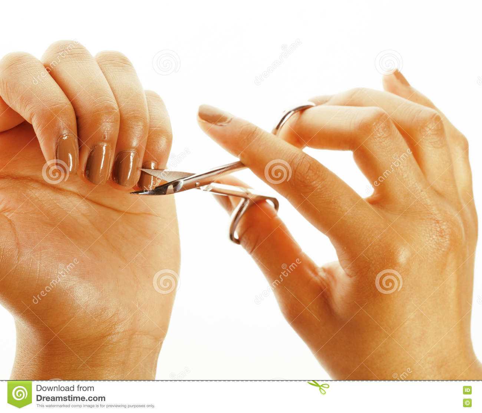 Афро-американские руки женщины не делая никакой квалифицированный маникюр, pedicure к себе изолировали с инструментами, плохими н