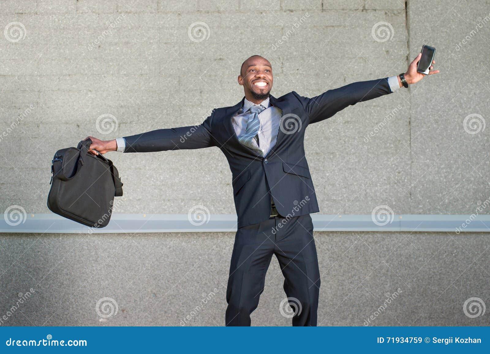 Афро-американский бизнесмен радуется
