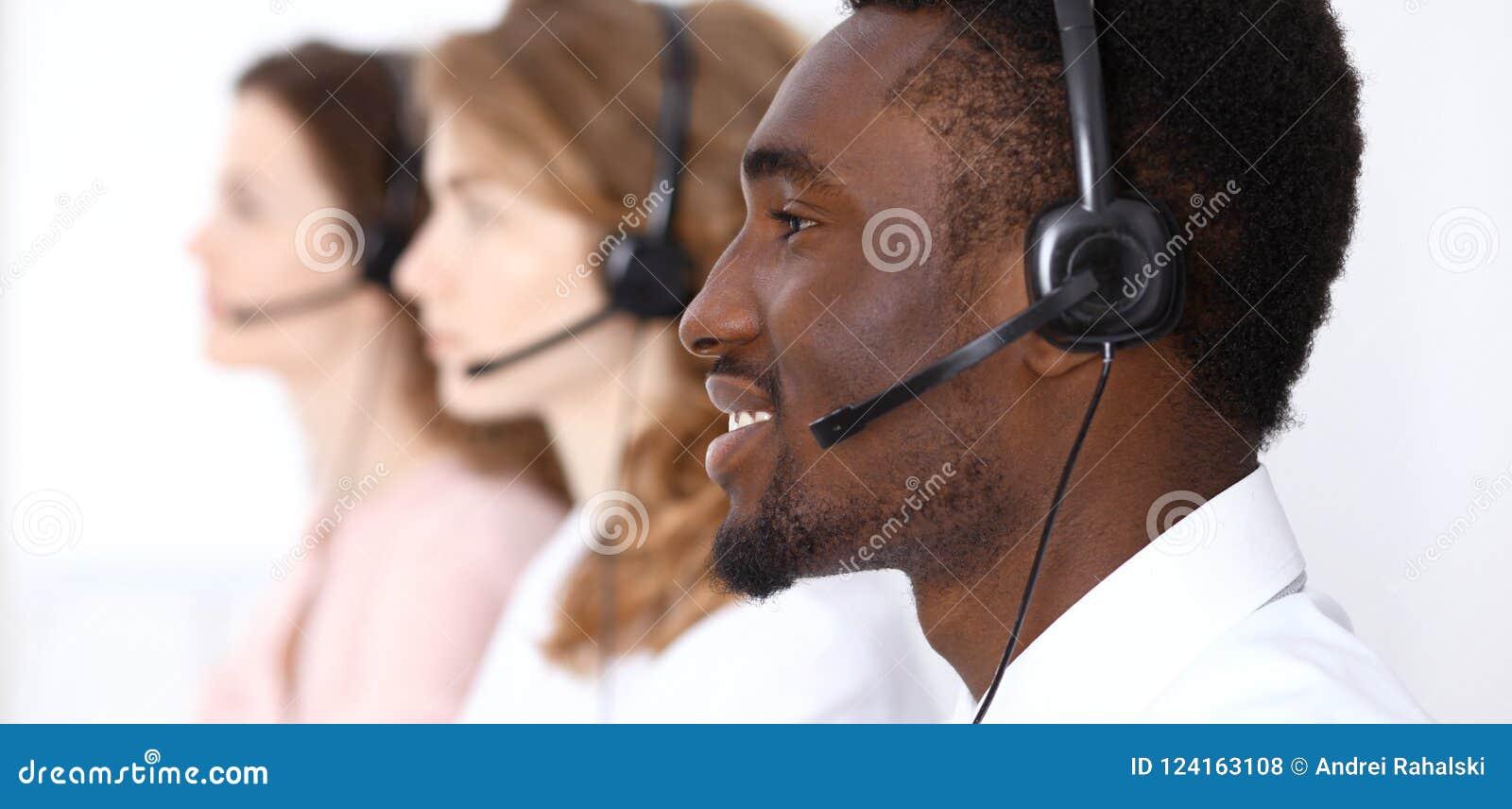 Афро-американский оператор звонка в шлемофоне Дело центра телефонного обслуживания или концепция обслуживания клиента