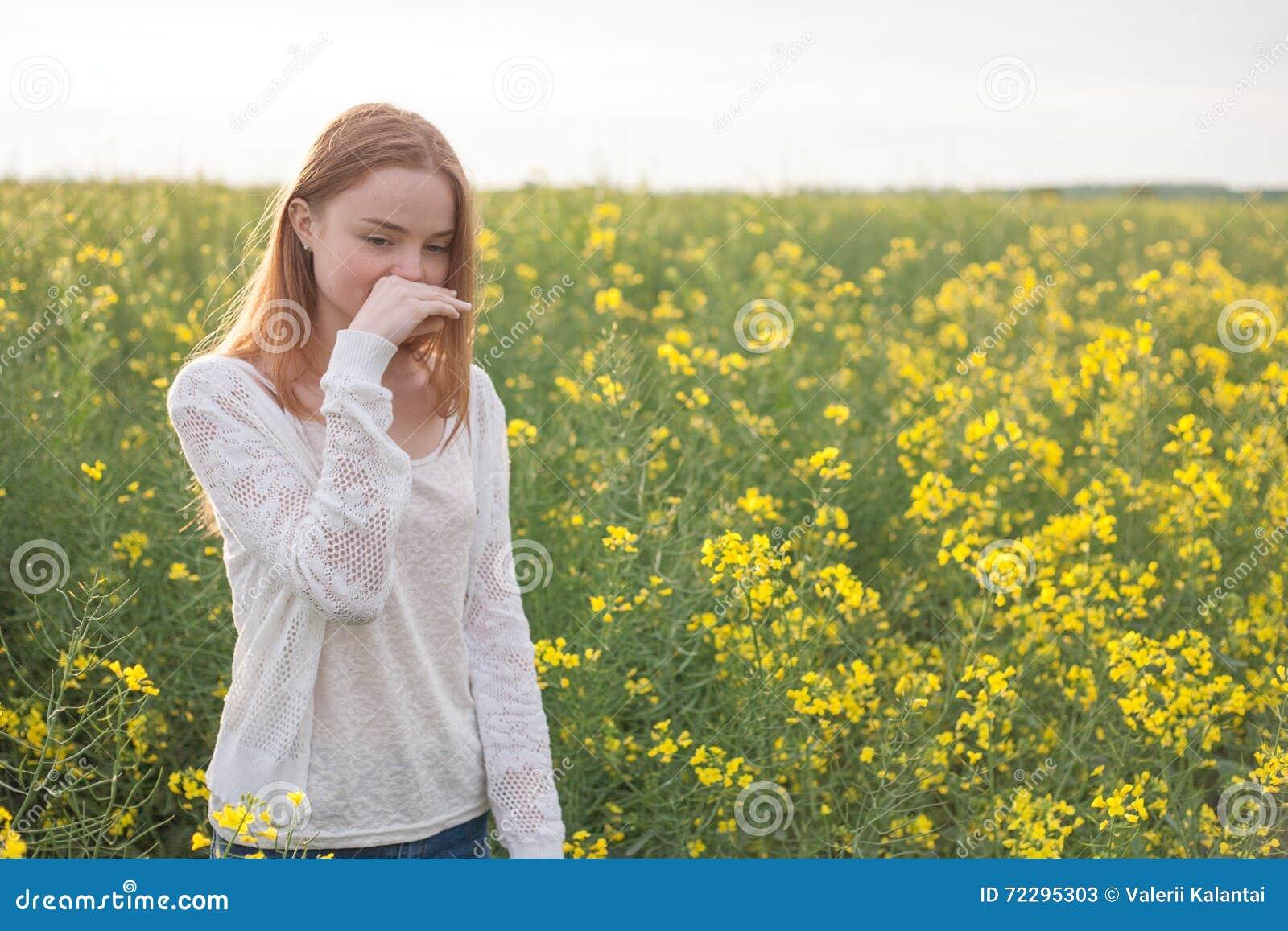 Download Аллергия цветня, девушка чихая в поле рапса цветков Стоковое Изображение - изображение насчитывающей lifestyle, цвет: 72295303