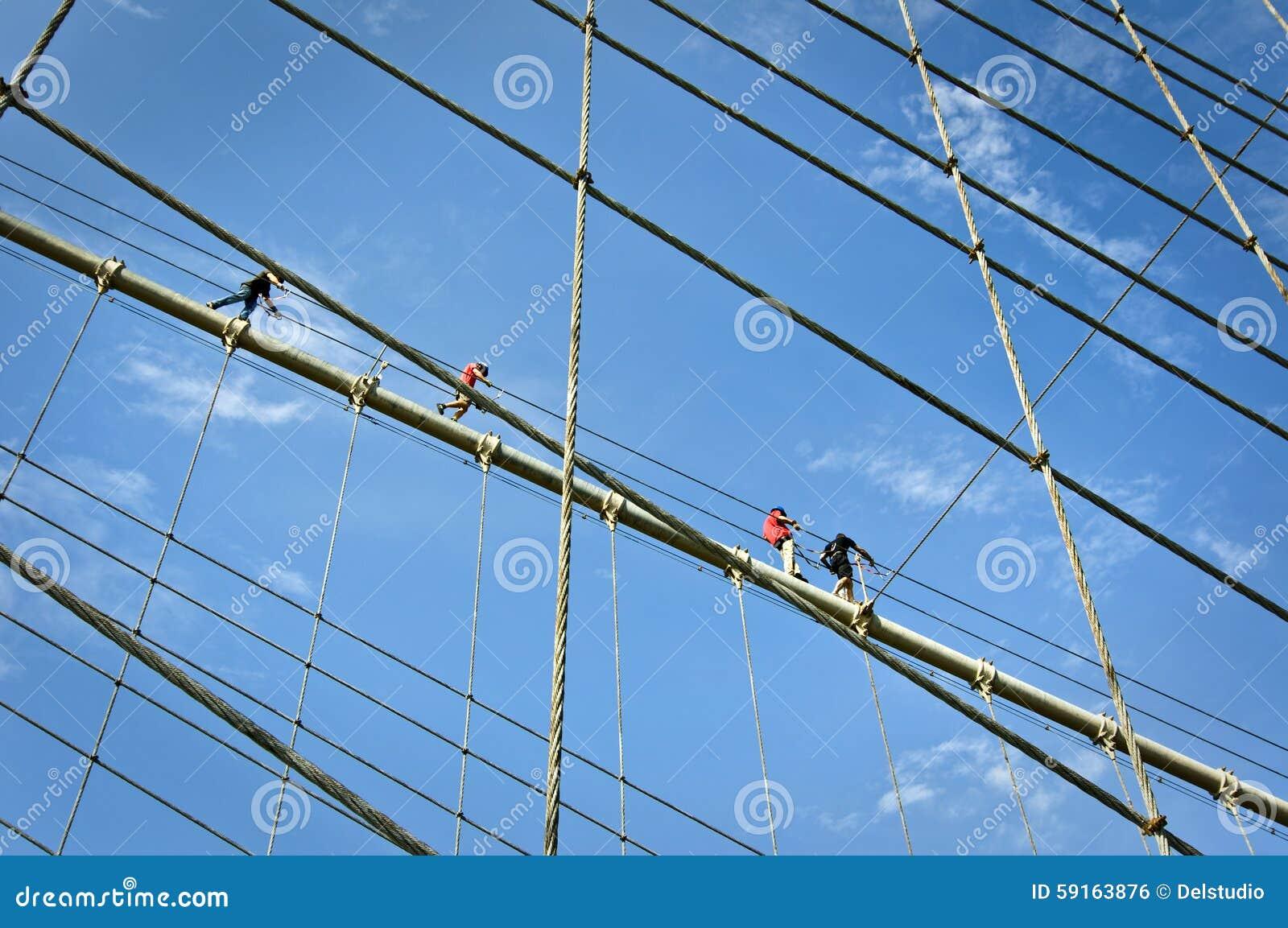 Альпинисты на кабелях Бруклинского моста, Нью-Йорк