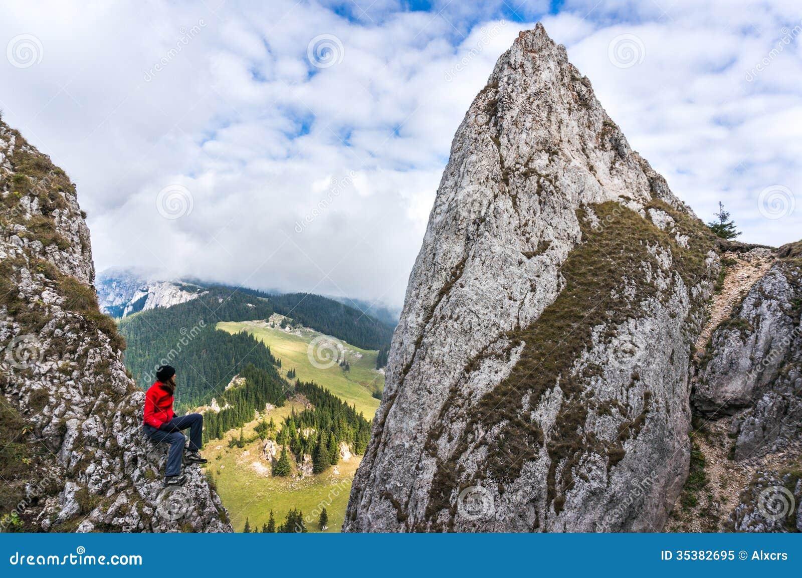 Альпинист молодой женщины