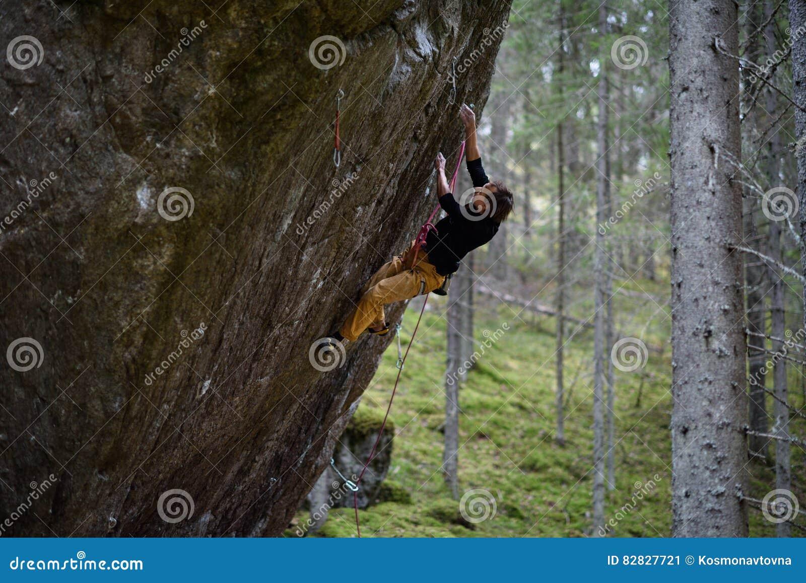 Альпинист утеса на трудном восхождении взбираясь крайность Уникально спорт зимы Скандинавская природа