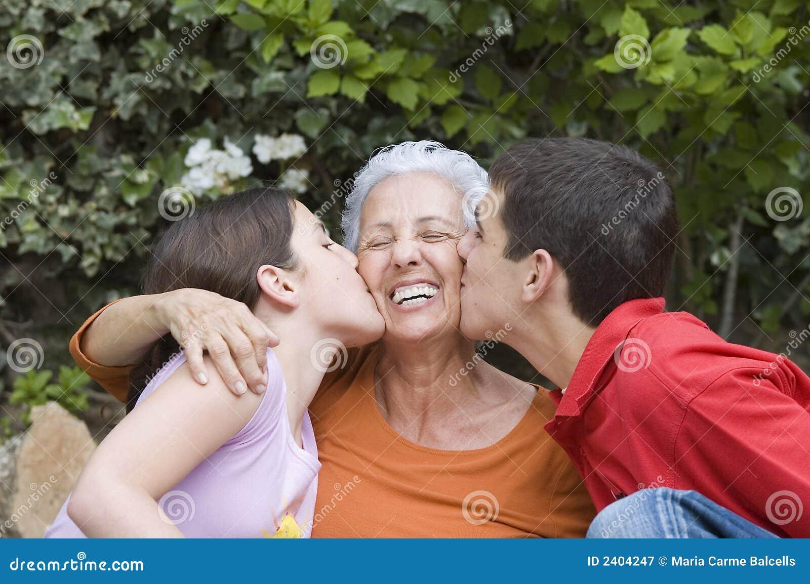 бабушка внучат