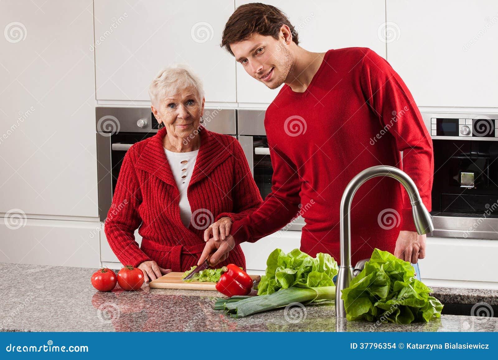 бабушка с мальчиком на кухне порносекс